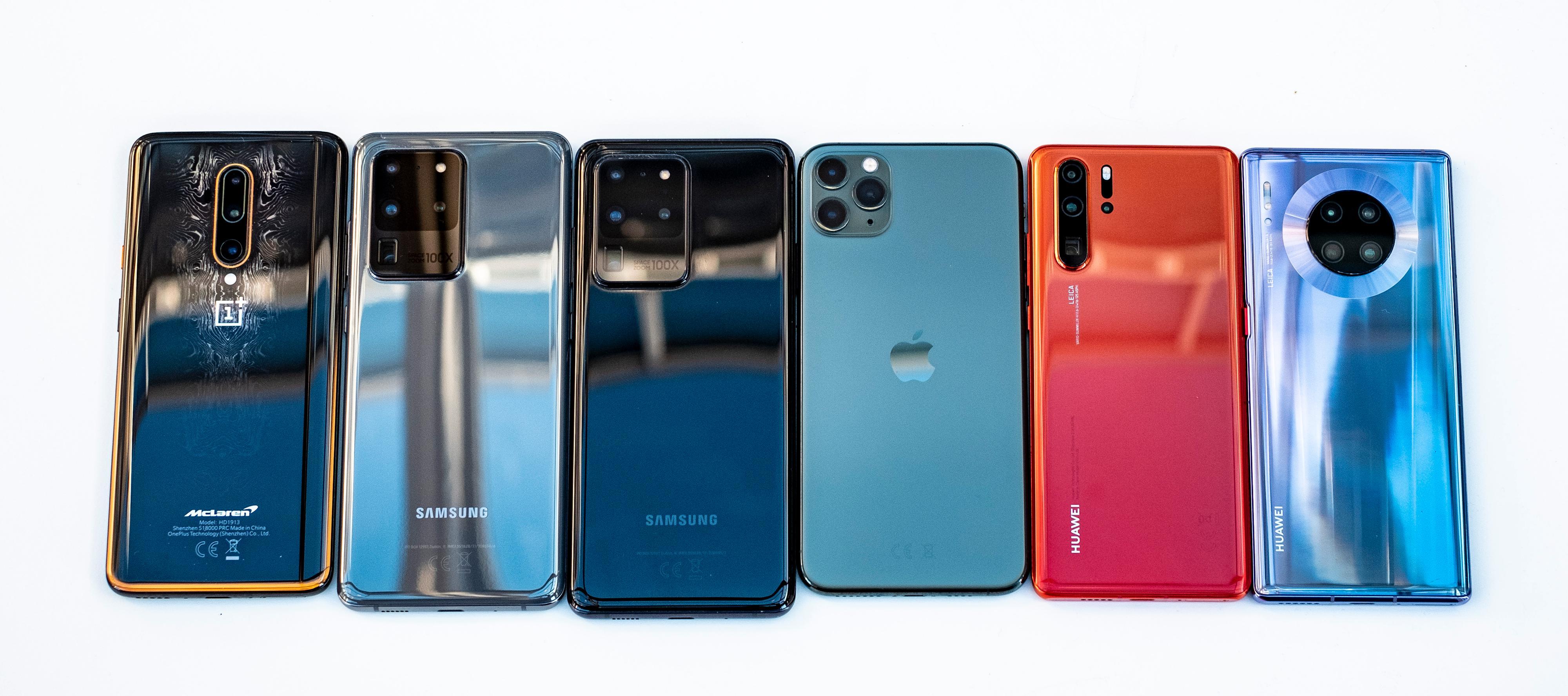 Her er noen av det siste årets viktigste mobiler. Fra venstre: OnePlus 7T Pro, Galaxy S20 Ultra i grått og svart, Apple iPhone 11 Pro Max, Huawei  P30 Pro, Huawei Mate 30 Pro.