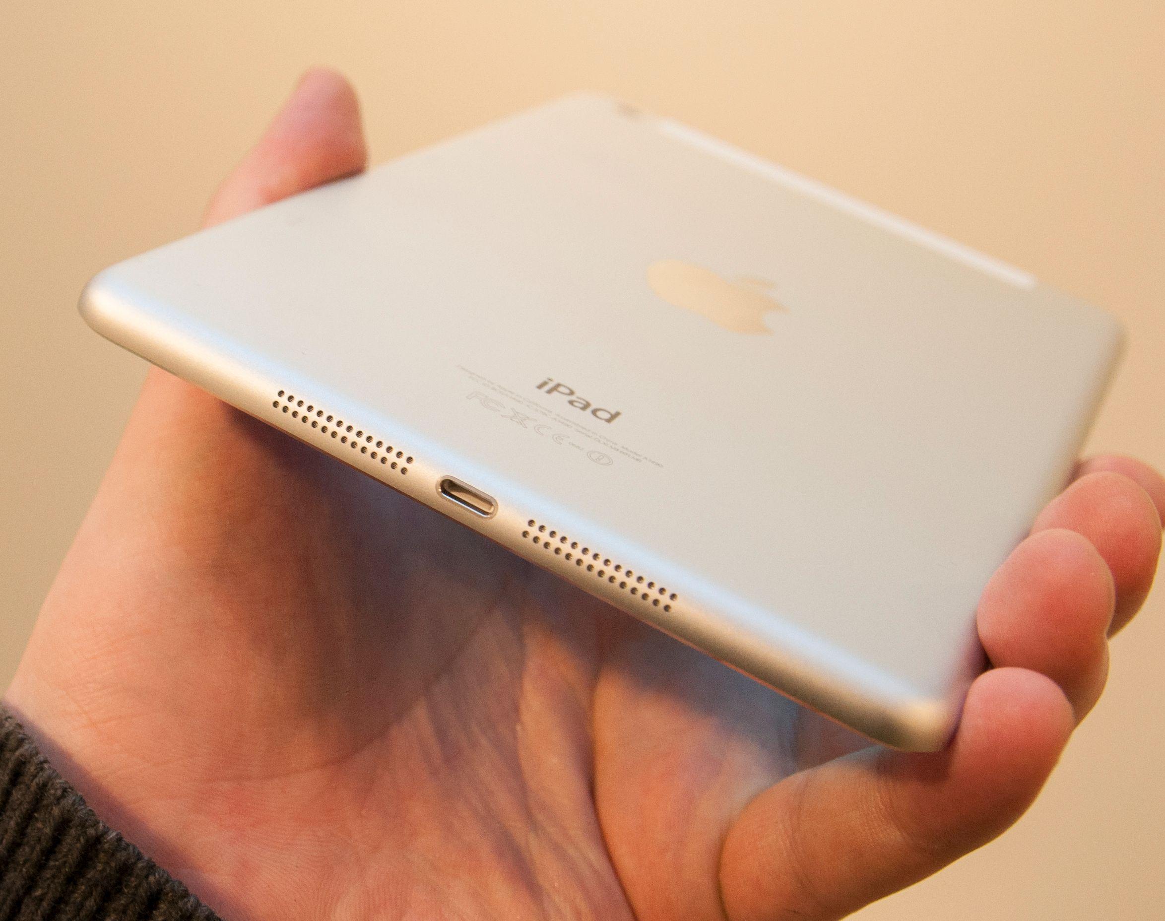 I bunnen av iPad mini finner du Lightning-kontakten, og et sett kraftige høyttalere.Foto: Finn Jarle Kvalheim, Amobil.no