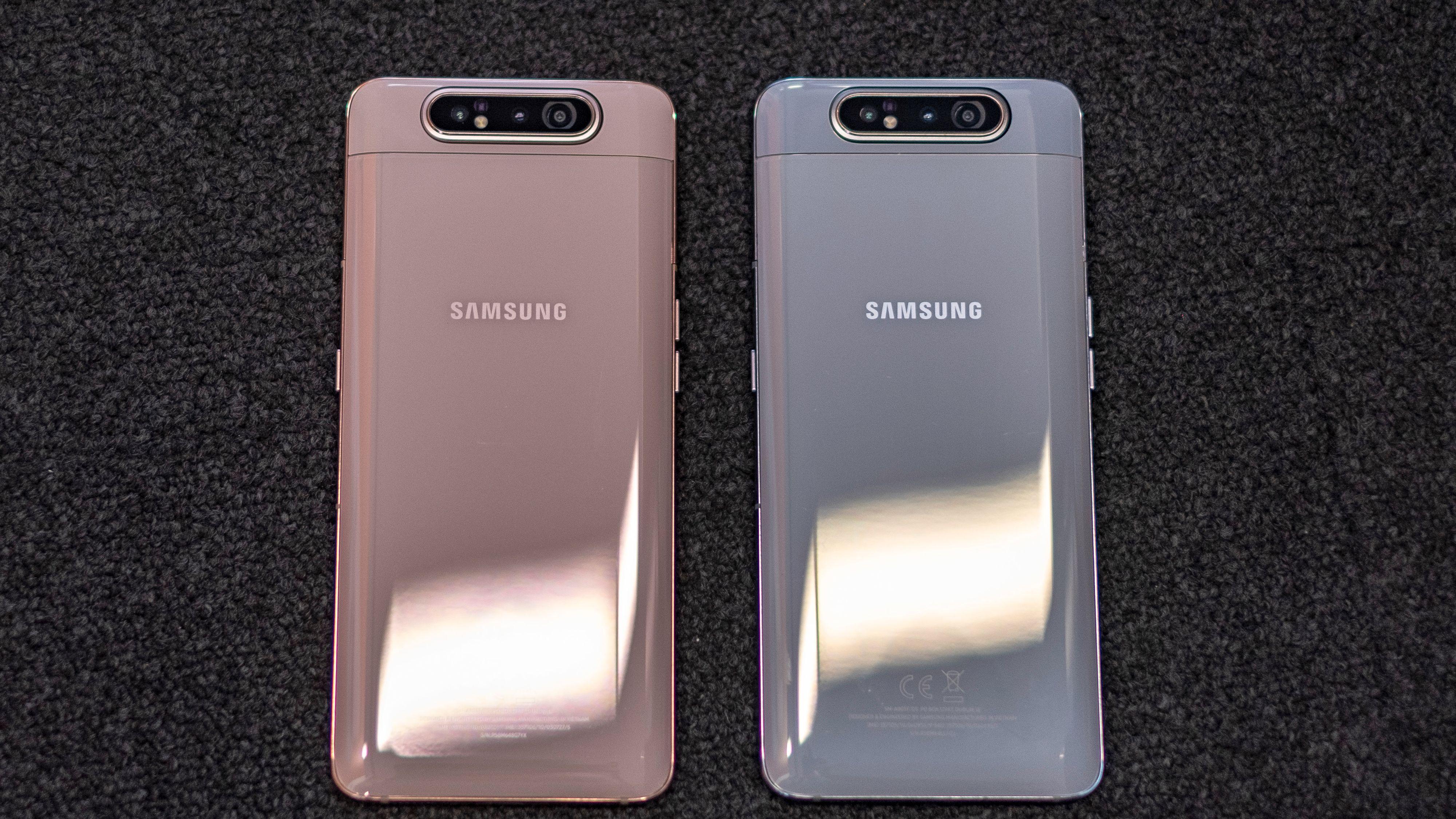 Galaxy A80 finnes i varianter med rosa glass og gullkanter eller hvitt glass og sølvfargede kanter. En svart versjon finnes også.