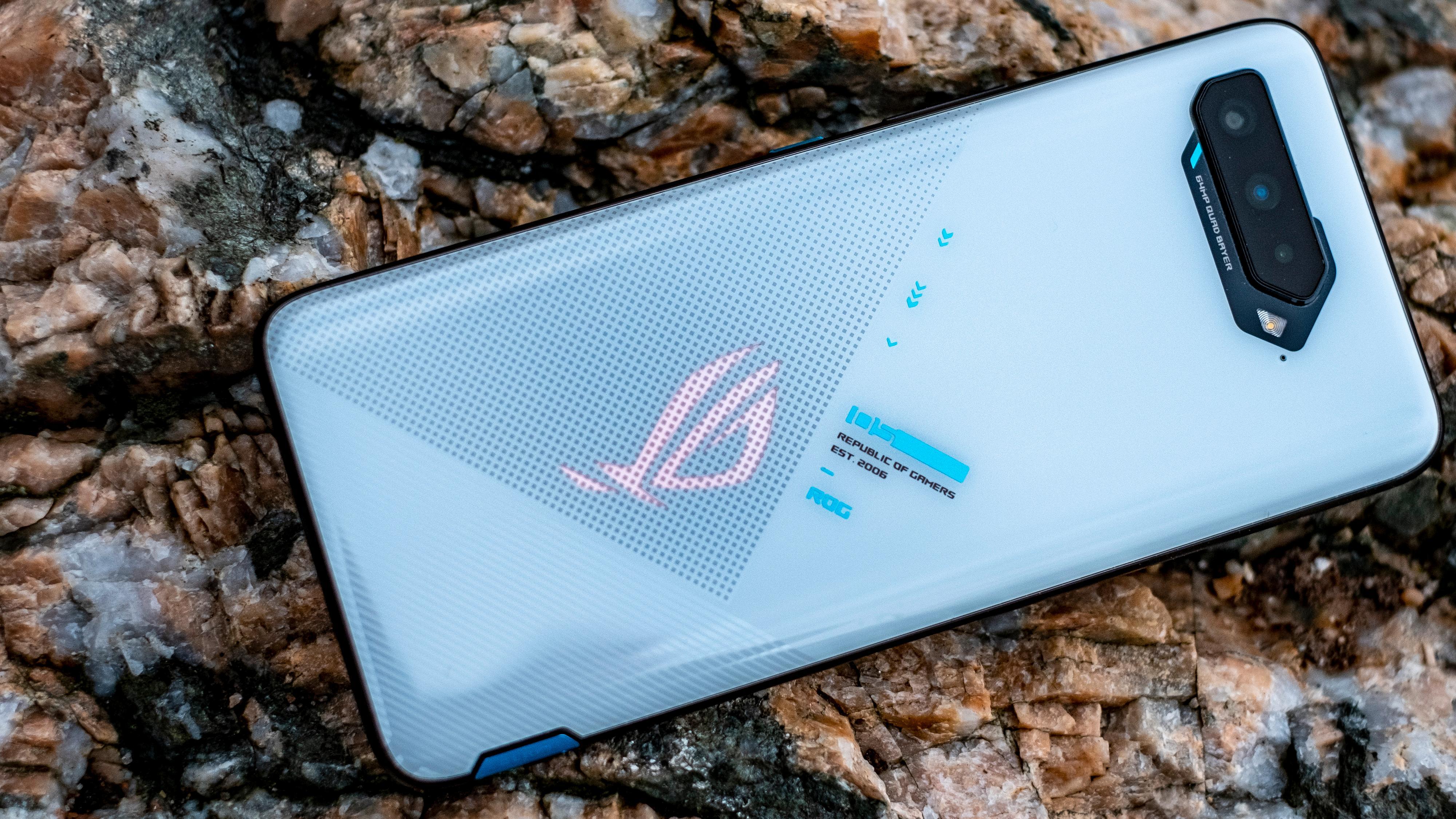 RGB-belysningen på baksiden kan pulsere jevnt mens du bruker den. Den kan også være discolys når du hører på Spotify, eller til lyden fra et spill. Hvis du og vennegjengen kjøper inn matchende mobiler kan lyset ha synkron puls på alle mobilene. Det kan forøvrig også skrus av.