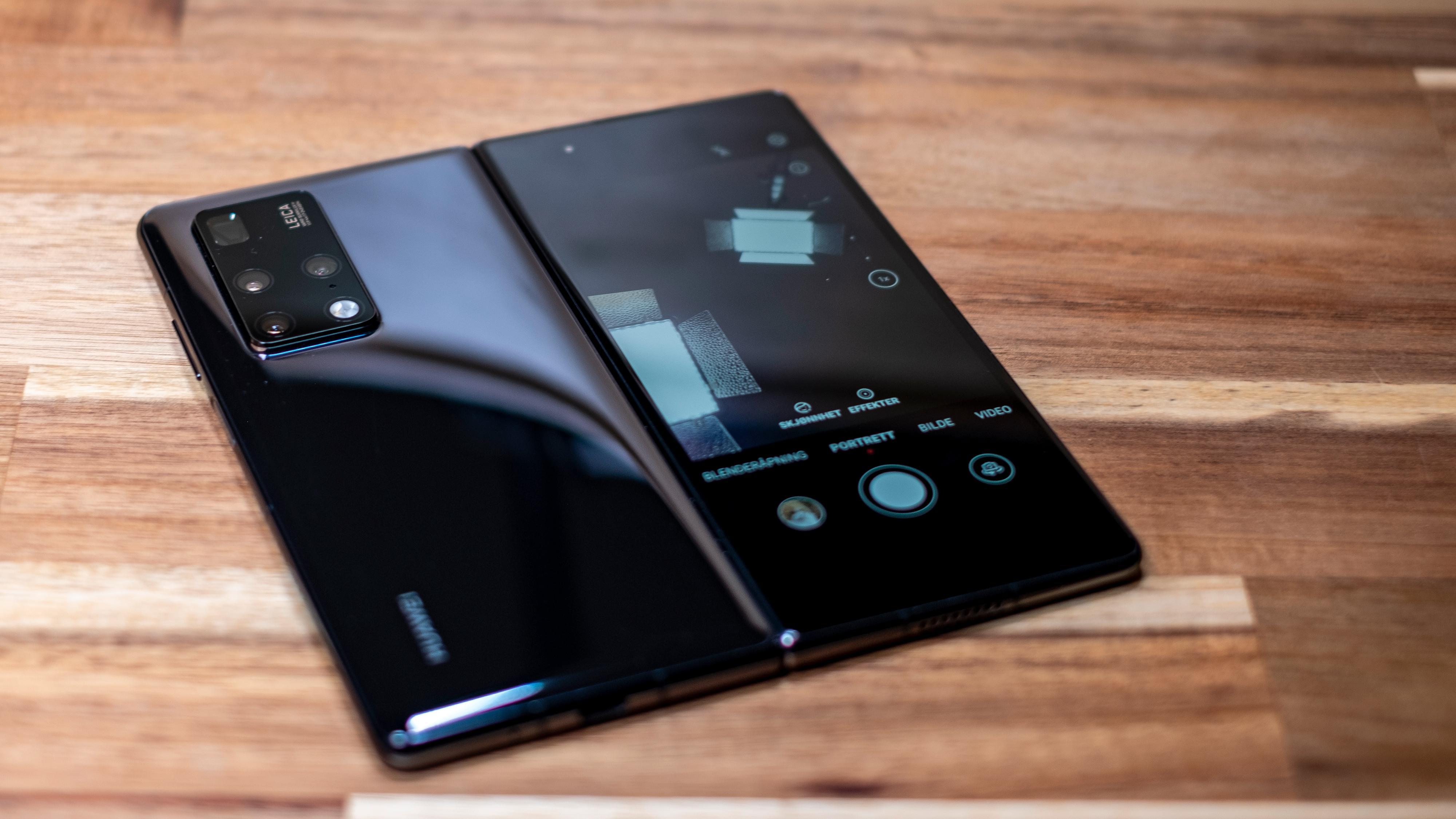 Du kan bruke kameraet og også mobilmenyene på ytterskjermen selv om Mate X2 er åpen.