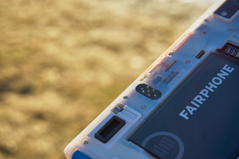 Denne 5-pins kontakten gjør tilsynelatende ingenting, men hinter om at det senere vil komme nye deler som kan kobles til telefonen – eksempelvis et deksel med NFC-støtte.