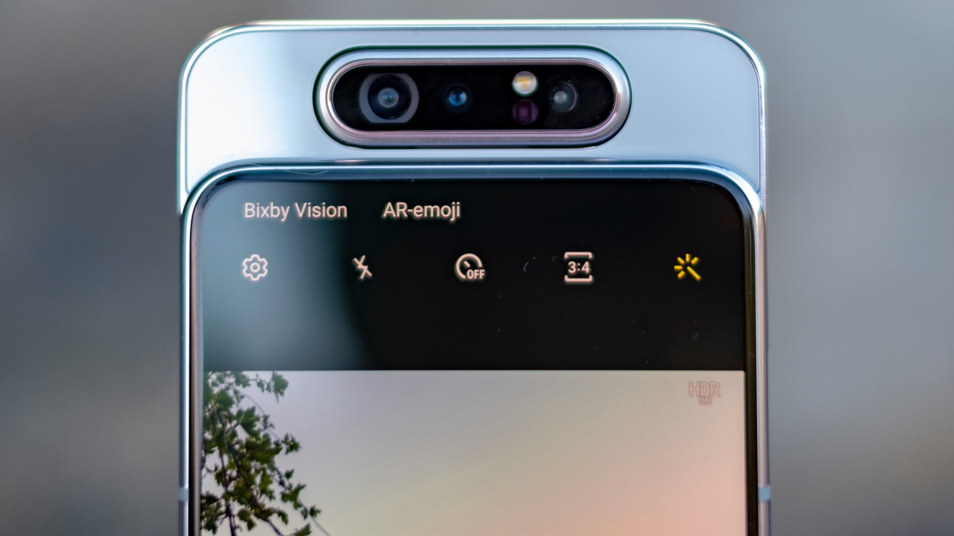 Kameraet spretter opp og snurrer rundt når du skal bruke mobilen til å knipse selfier.