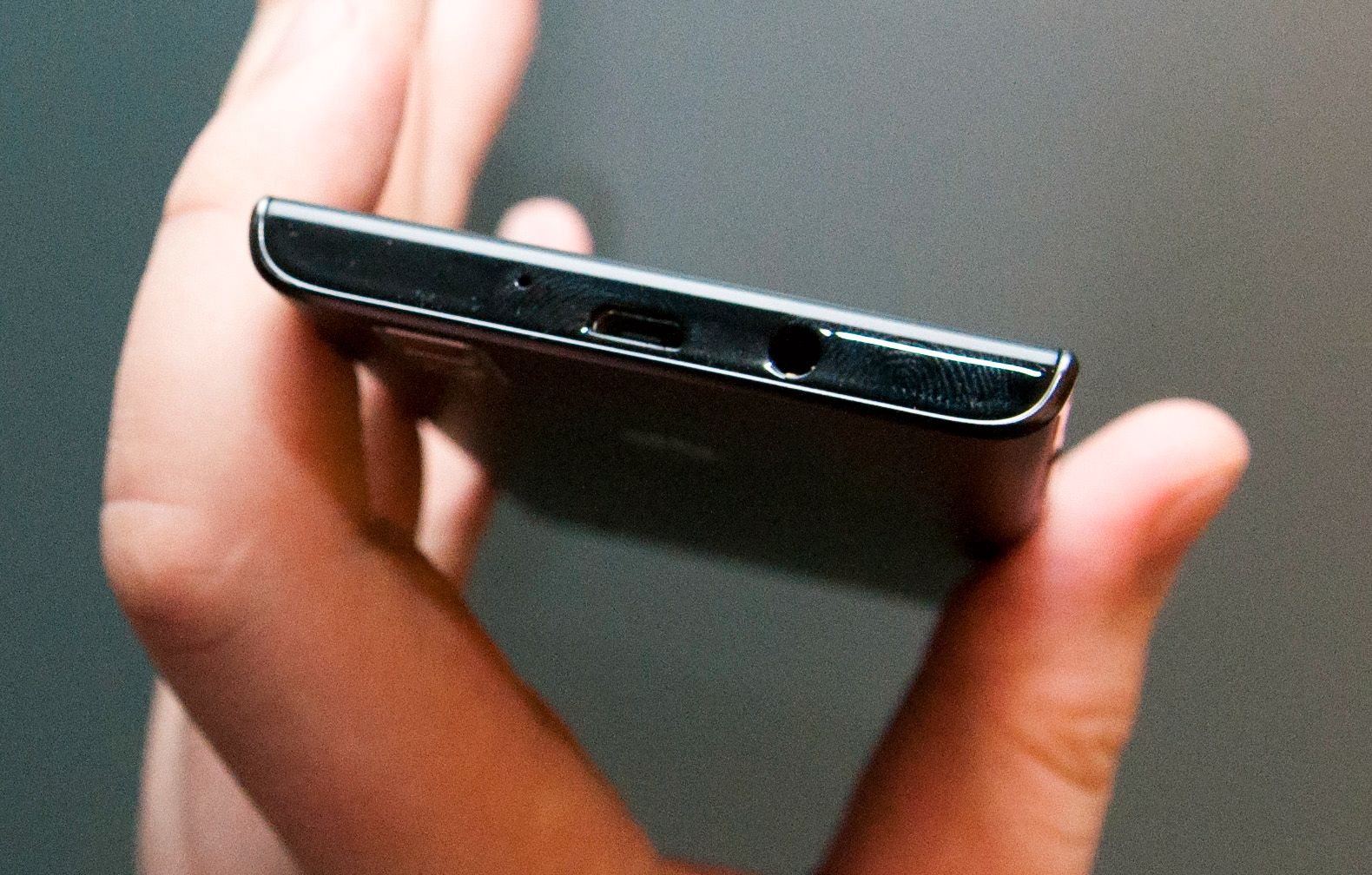 Undersiden av telefonen. Foto: Finn Jarle Kvalheim, Amobil.no