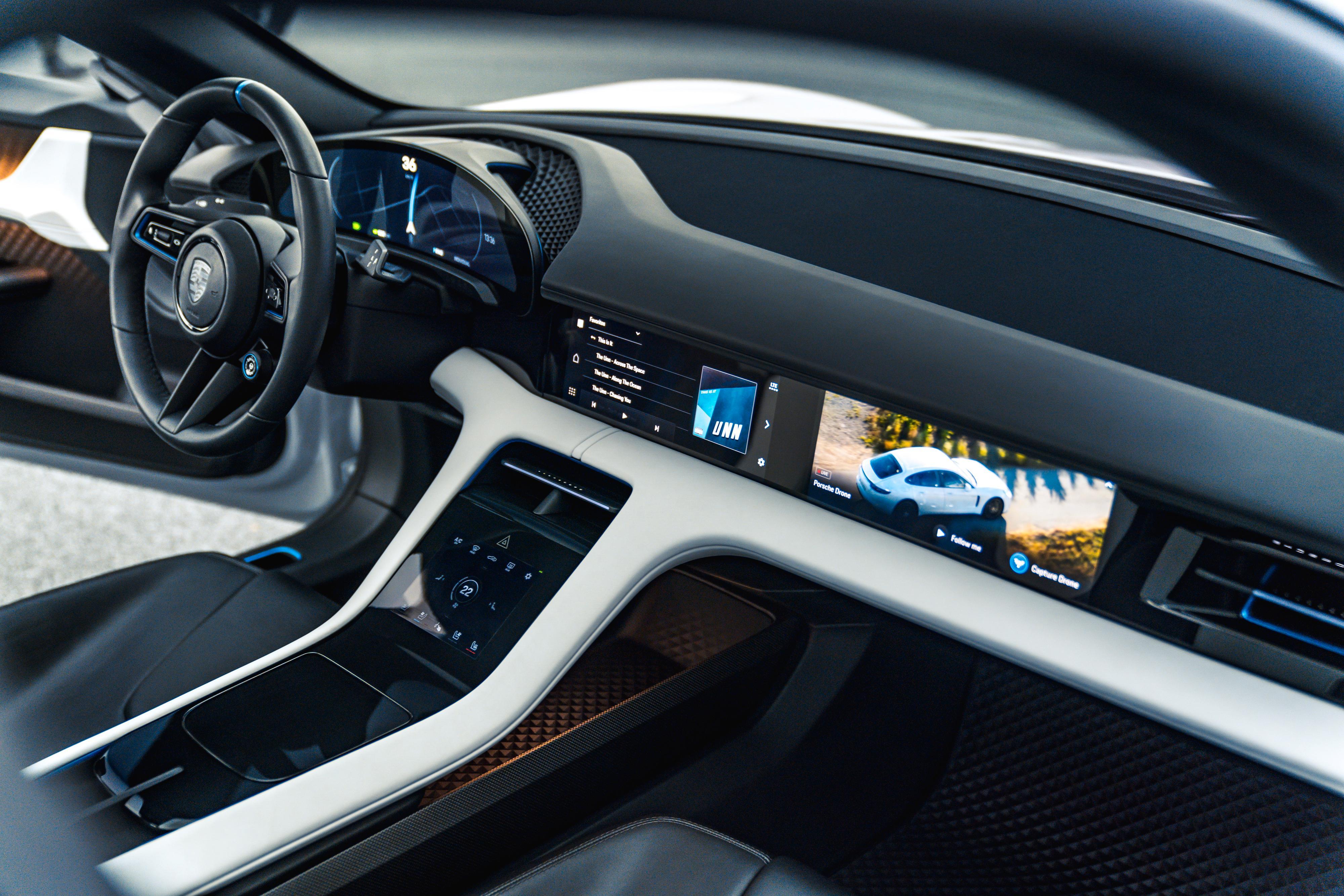 Innvendig er dashbordet dekket med skjermer - også en egen for passasjeren i forsetet.
