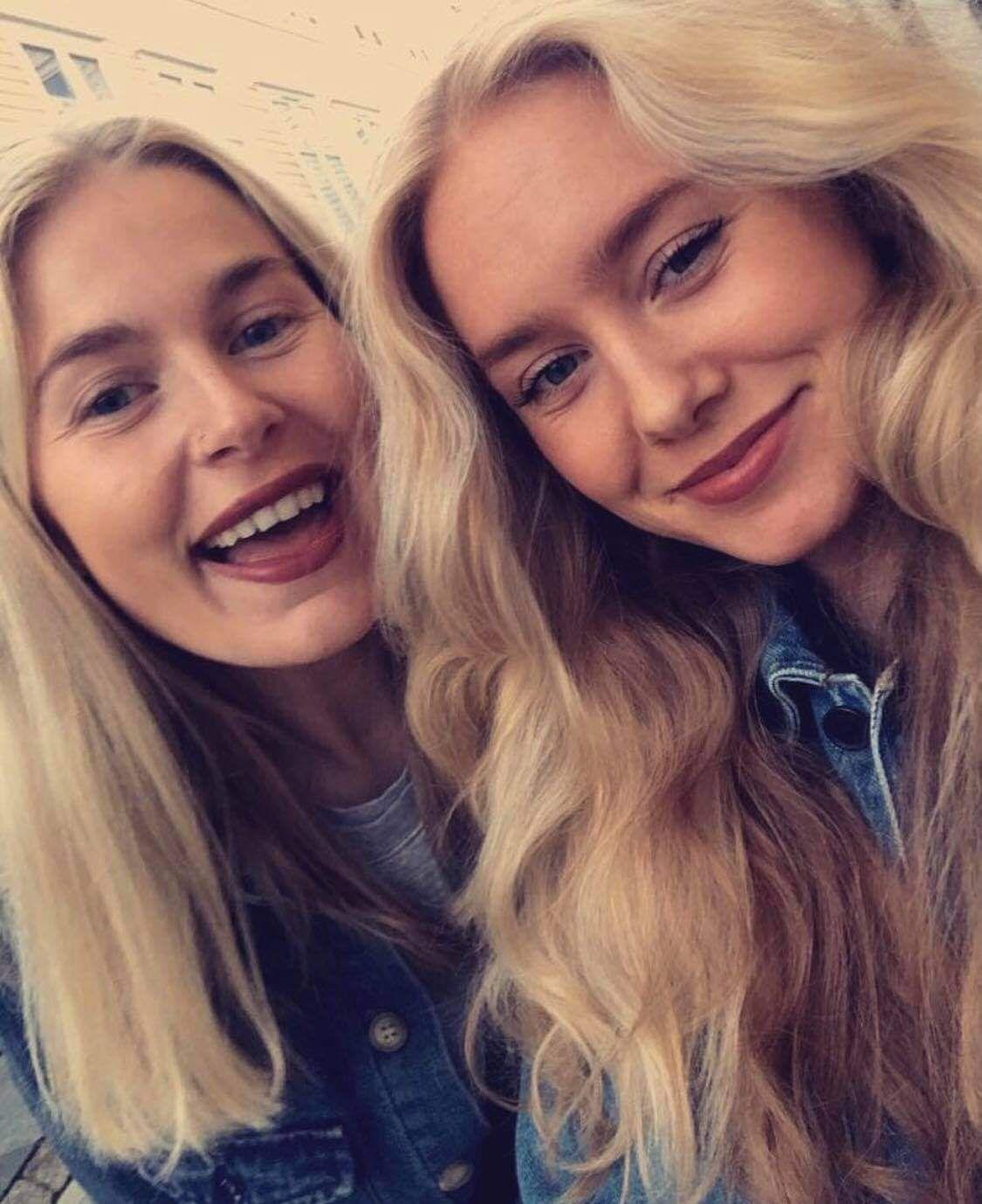 FORNØYDE: Emilie og Amanda lærte mye om valg av megler etter to salgsprosesser.