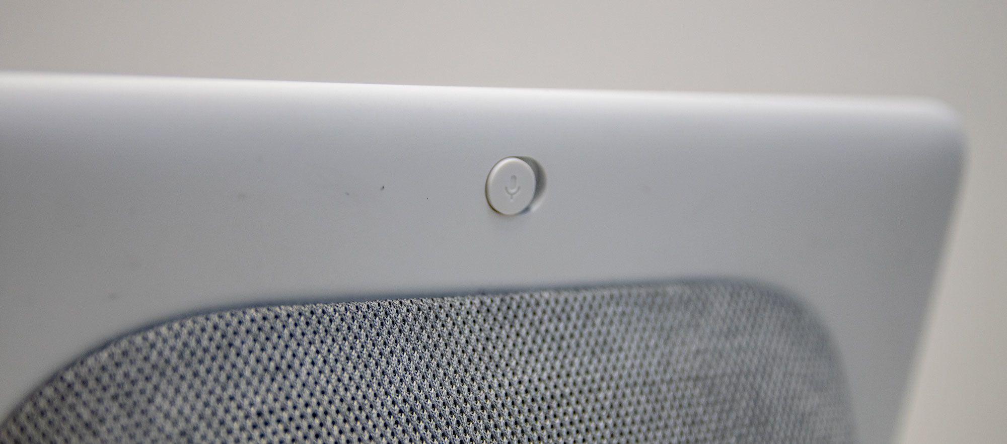 Du kan skru av mikrofonen med en fysisk bryter. Da kan du ikke snakke til Home Hub lenger, men du kan fortsatt bruke den som musikk- eller videoavspiller.