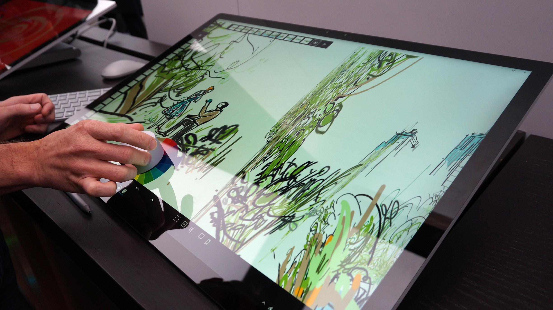 Surface Dial-hjulet lar deg skifte farger, penselstørrelse, verktøy eller annet. Det er tilsynelatende høyst konfigurerbart.