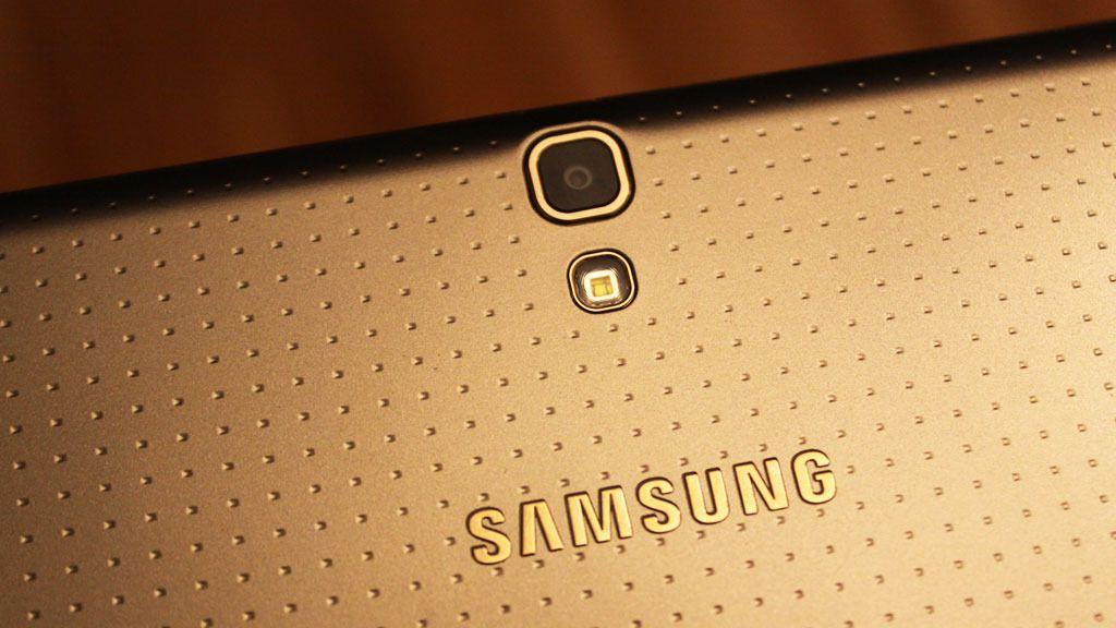 Samsungs heftigste nettbrett har fått deler av designen fra Galaxy S5.Foto: Espen Irwing Swang, Amobil.no