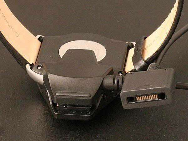 Du bruker en overgang pluss en vanlig Sony Ericsson-lader for å lade klokken.
