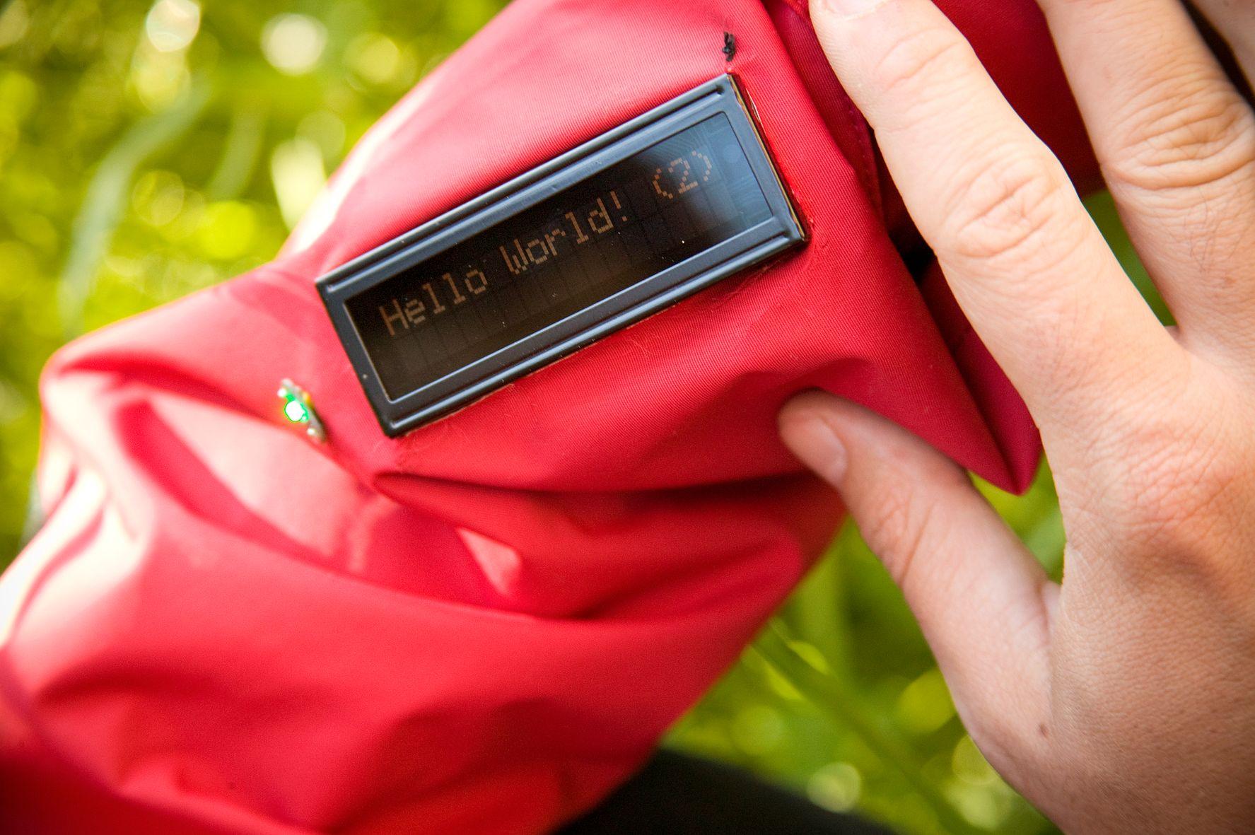 PRAKTISK: I stedet for et telefondisplay er det sydd et display på jakkeermet, som viser en linje med rulletekst. Skal man svare på meldingen, må mobil benyttes.Foto: Gry Karin Stimo