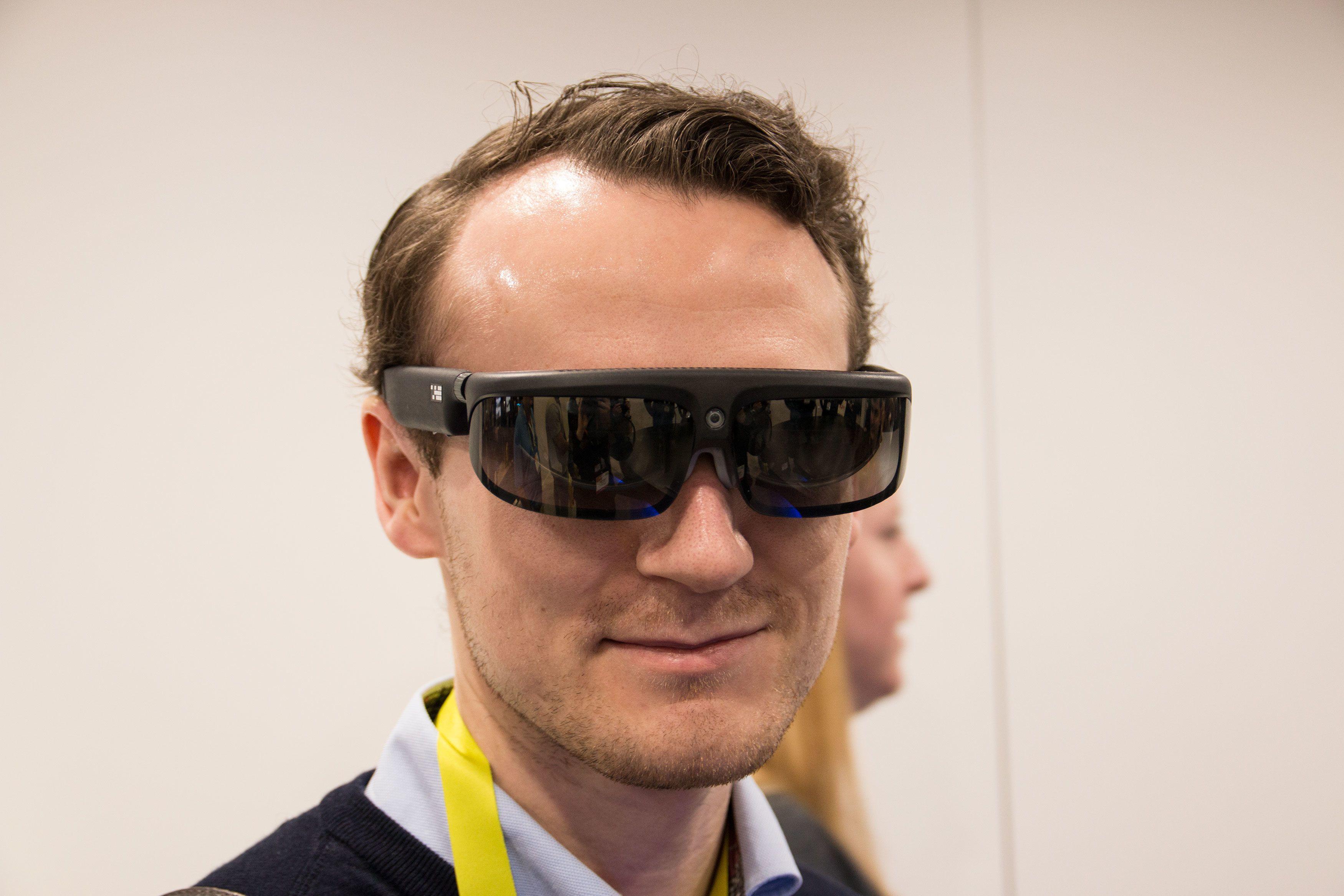 Osterhout Design Groups S-9 brille har et 4K-kamera ved nesen og to små, men likevel høyoppløste skjermer på innsiden.