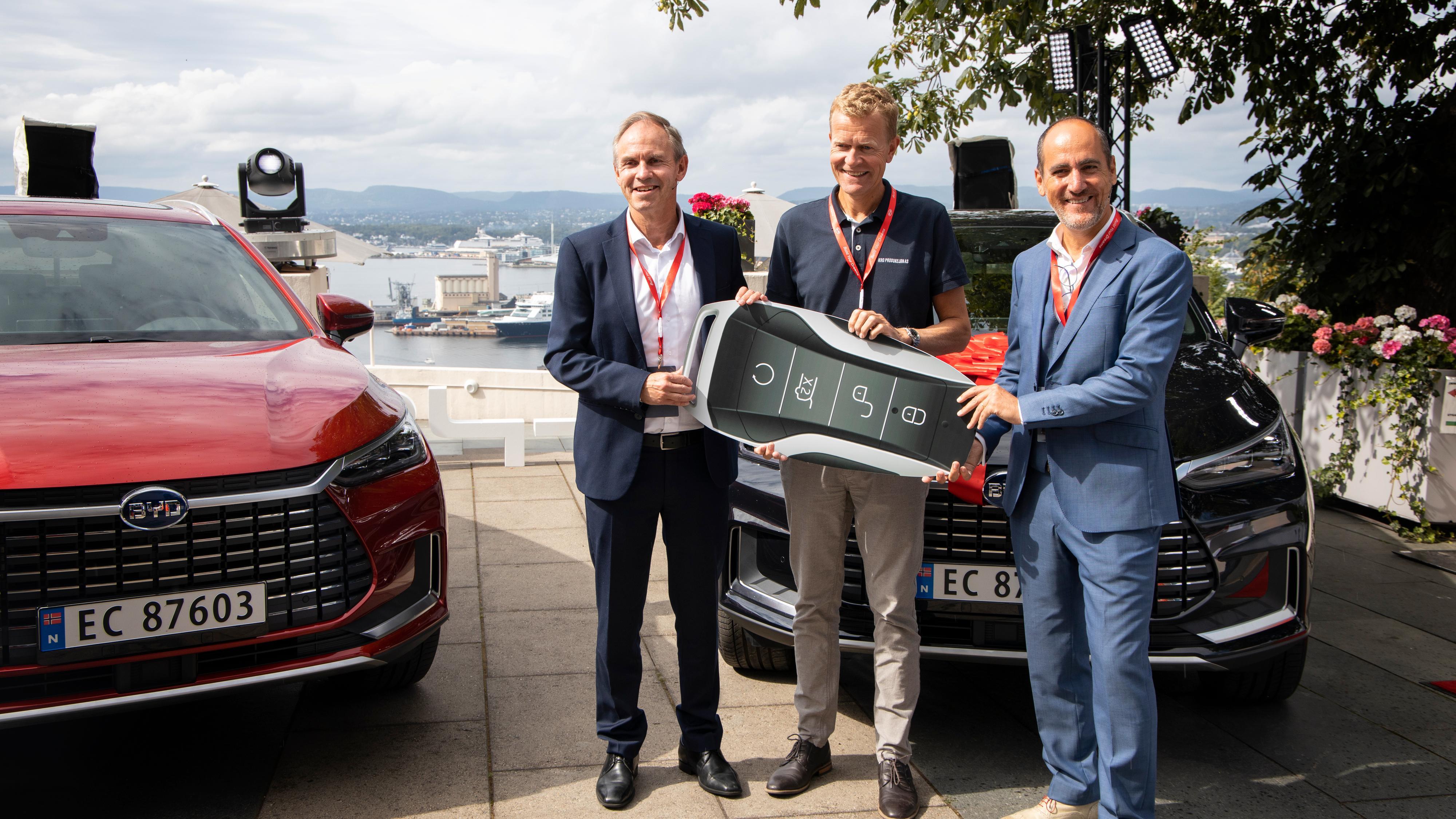 Importør RSA markerte torsdag overleveringen av den første Tang til kunde. Fra venstre RSA-sjef Frank Dunvold, kunde Per Lian og BYDs europadirektør for personbiler, Pere Brugal.