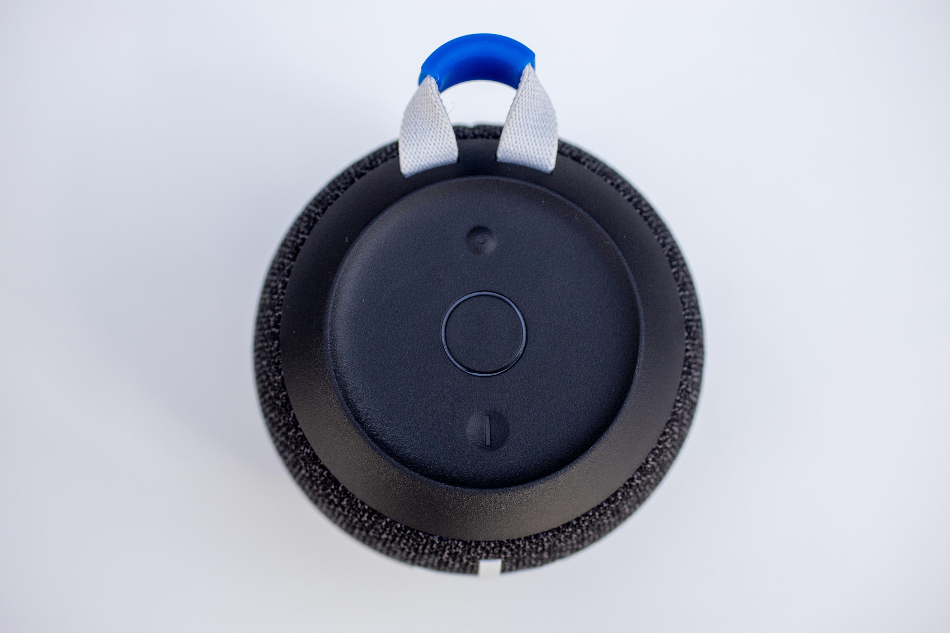 Øverste knapp bruker du for å pare høyttaleren til mobilen din, den midterste styrer du avspillingen med (og parer den med andre Wonderboomer), mens den nederste er av/på-knappen.