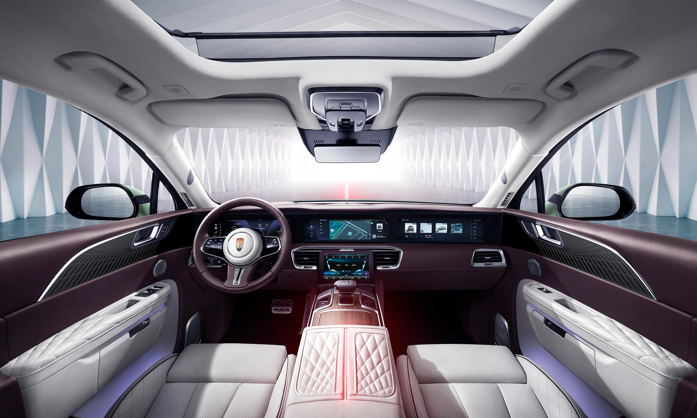 Litt mer «tradisjonelt» førermiljø enn i en del andre elbiler. To skjermer på 16,5 tommer hver tar seg av interaksjonen. Alcantaraseter får du på Comfort og Premium, mens toppmodellen Exclusive får mer påkostede nappaskinnseter.