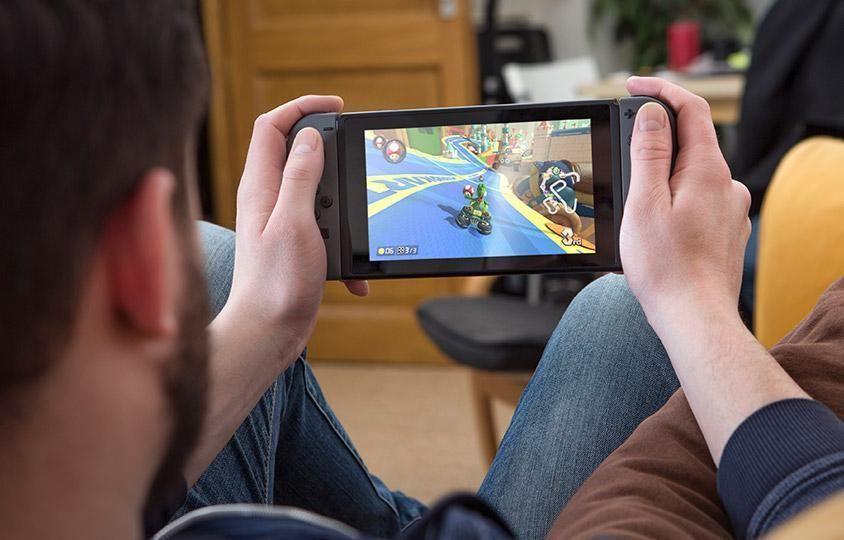 Switch er en hybridkonsoll du kan spille på både på farten og hjemme ved TV-en. .