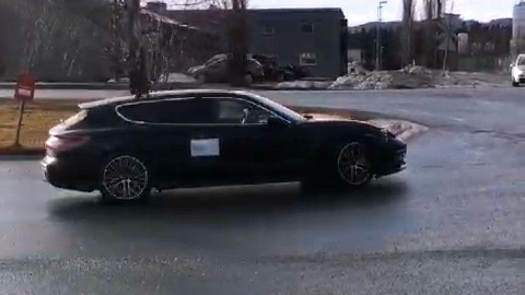 Breding rakk akkurat å fiske frem mobilen og få tatt et Snapchat-bilde av Porsche-bilen på veien.