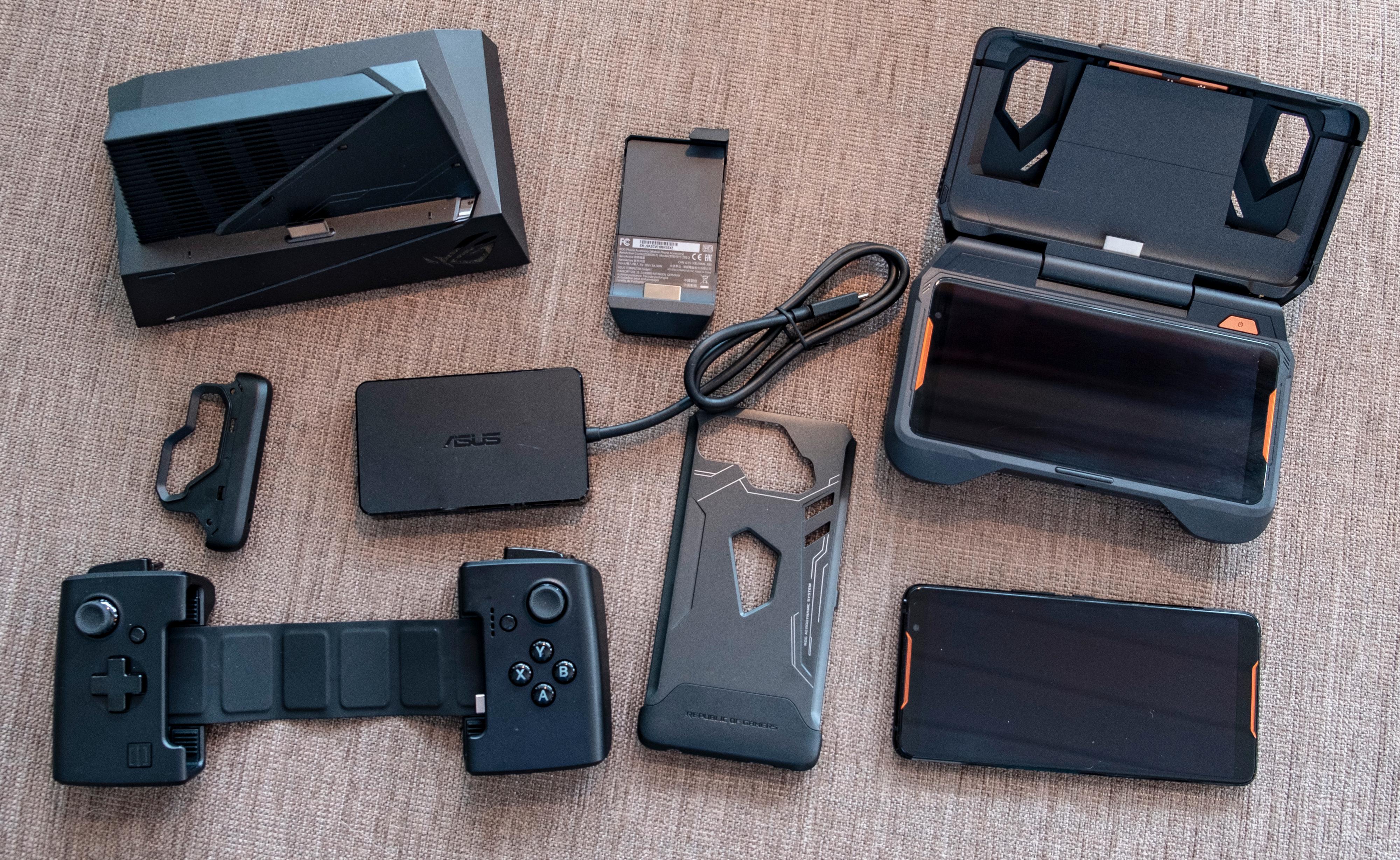 Du kan kjøpe ROG Phone med et lite hav av tilbehør. Men alt koster, og lite av det er verdt pengene. Spillkontrolleren er eventuelt dingsen vi ville satset på.