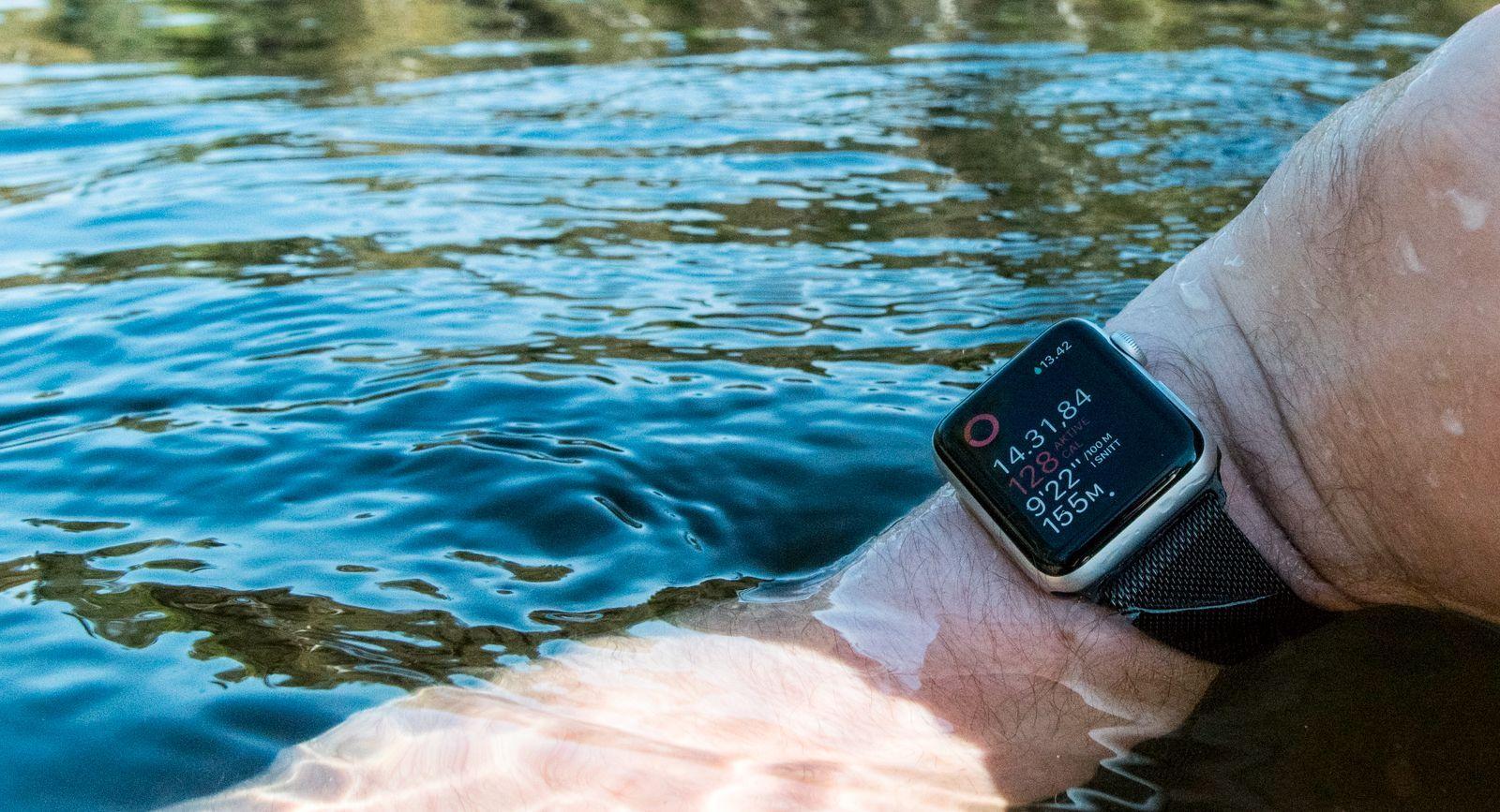 Series 2 av klokken, i praksis tredje generasjon, ble så tett at den kunne bli med ut i vannet. Før dette var den bare sprutsikker.
