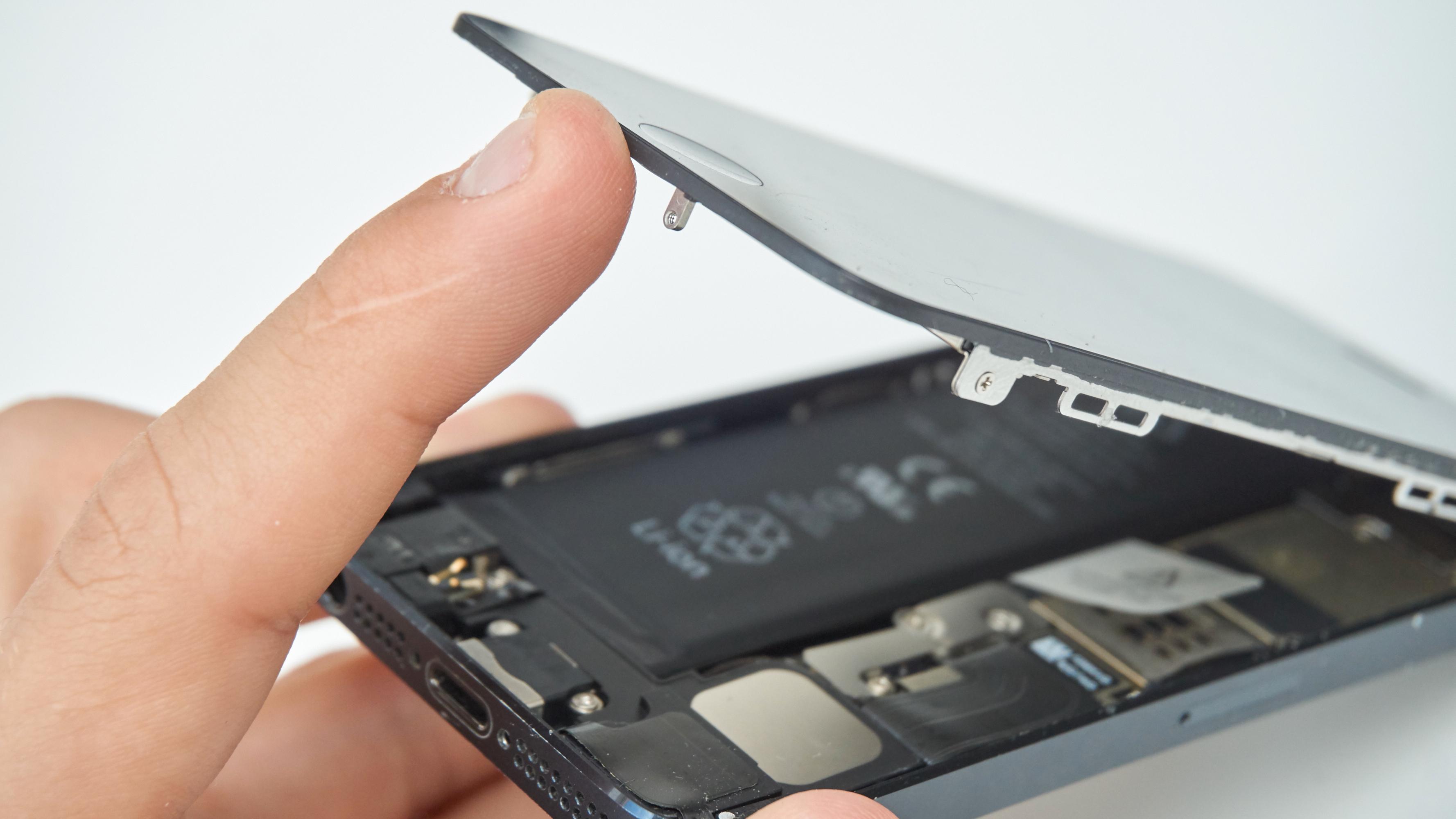 Det er ikke veldig komplisert å bytte batteriet, men det krever litt utstyr. Bilde: Torstein Norum Bugge, Tek.no