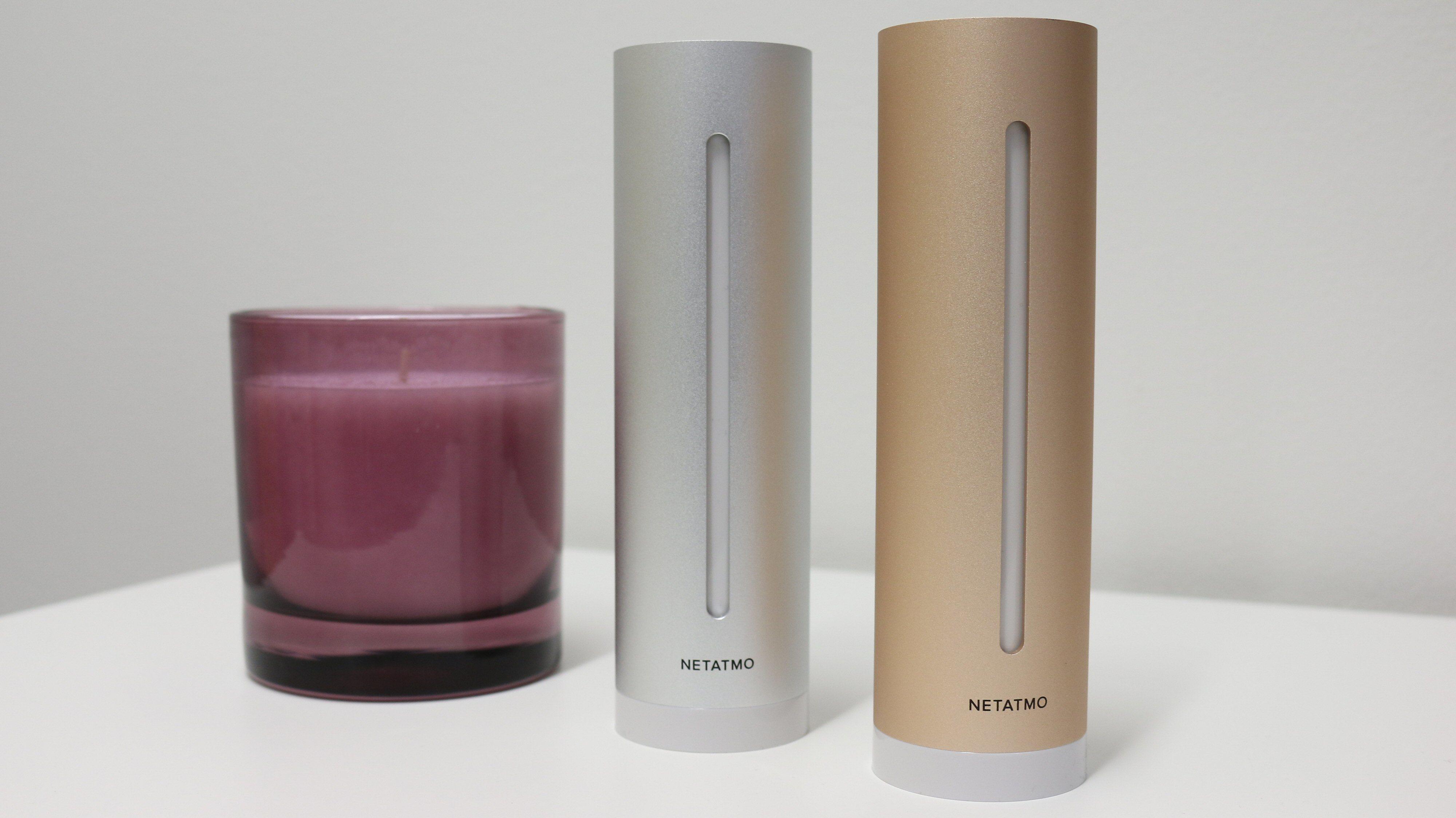 Netatmos værstasjon og luftkvalitetsmåler har den samme designen. Duftlys er ekstrautstyr.