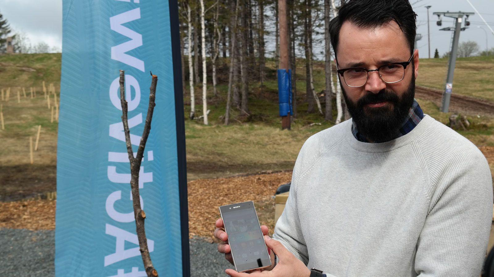 Frank Otterbeck i Sony med Xperia Z3+, telefonen som skal overta stafettpinnen etter Xperia Z3.