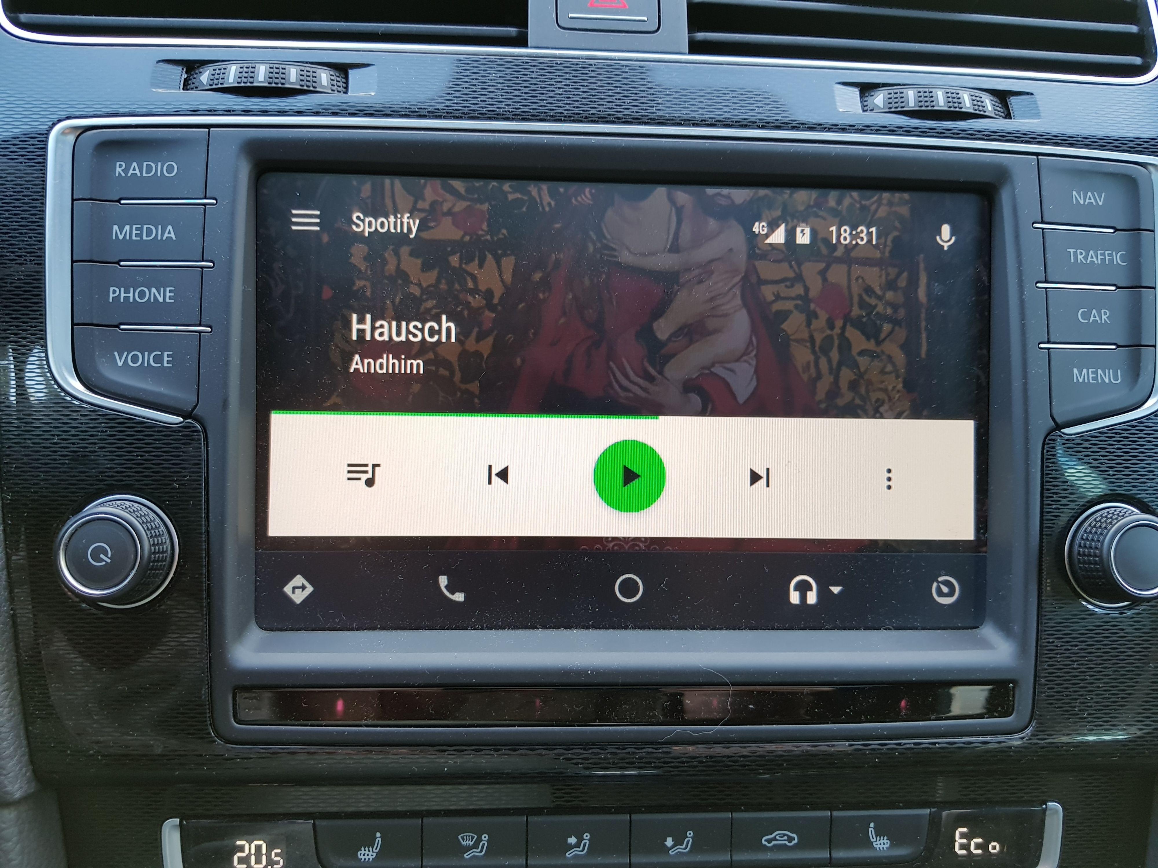 I Android Auto er det en rekke funksjoner som nekter å være fullt og helt tilgjengelige dersom bilen er i bevegelse. Men var ikke hele poenget å gjøre mobilen noenlunde trygg å bruke også i slike situasjoner, slik at man slipper å stoppe for å betjene den? Bilde: Finn Jarle Kvalheim, Tek.no