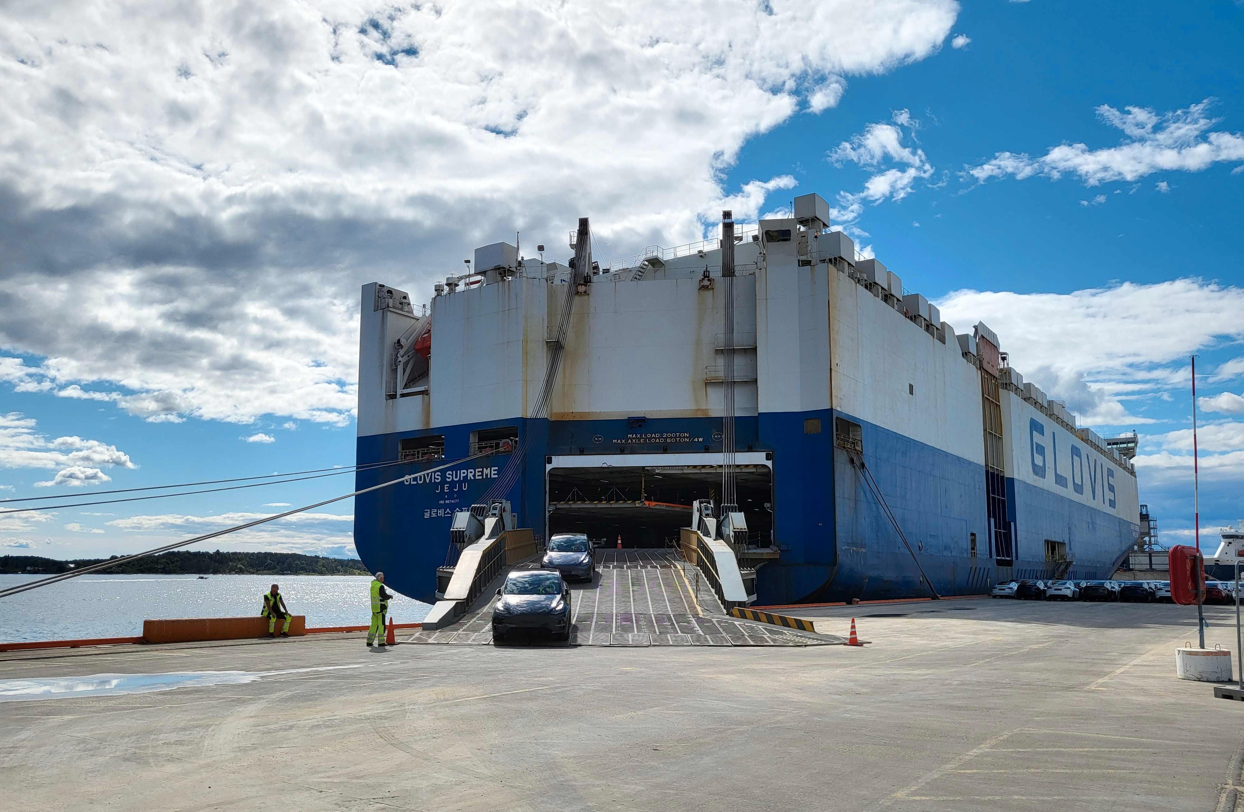 Fredag trillet bil på bil på bil av båten på Filipstad i Oslo. Fra mandag begynner Model Y-utleveringene på Lillestrøm.