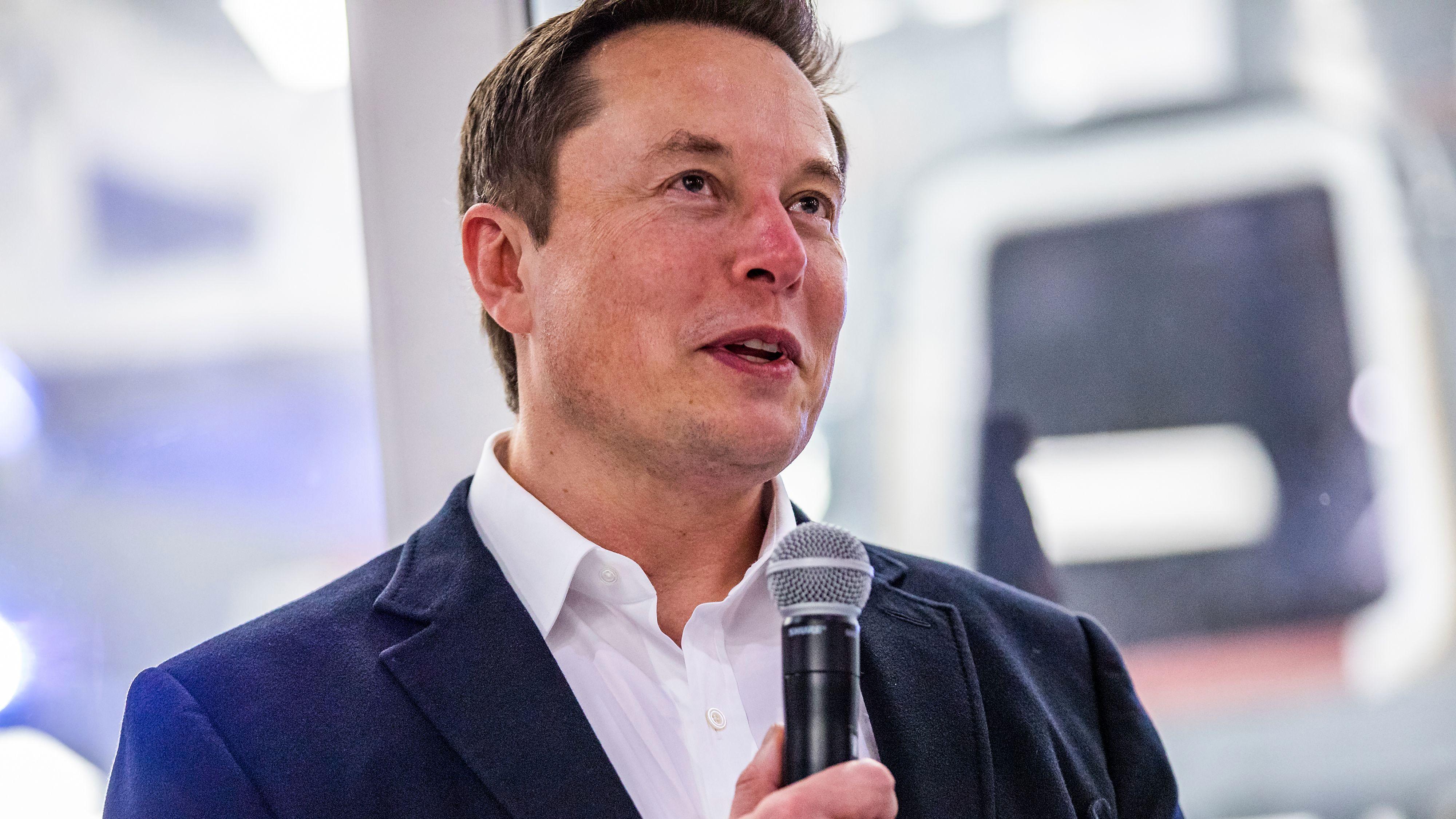 Elon Musk gjenåpner gigafabrikk for å lage respiratorer