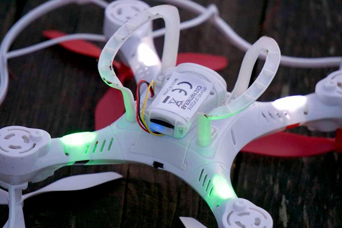 Fire ganske kraftige lysdioder har sitt hjem under Focus Drone. Det gjør seg godt ute om kvelden.