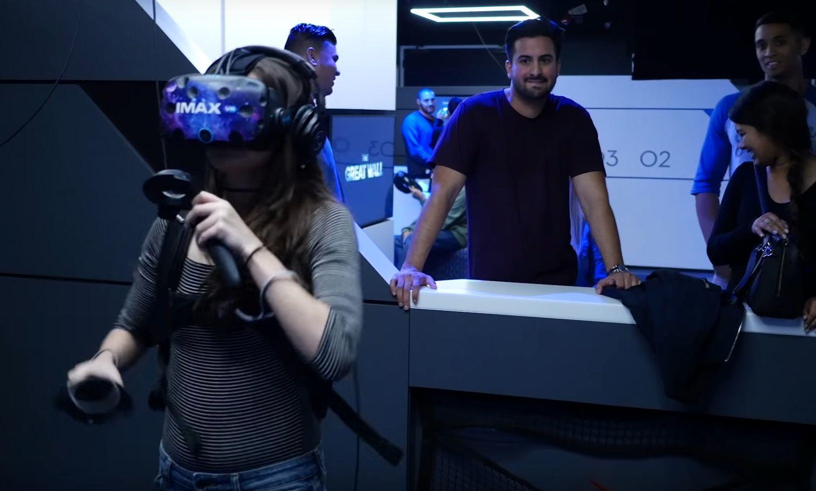 Man må tåle at folk står og glor mens kan kaster seg rundt i VR-verdenen.