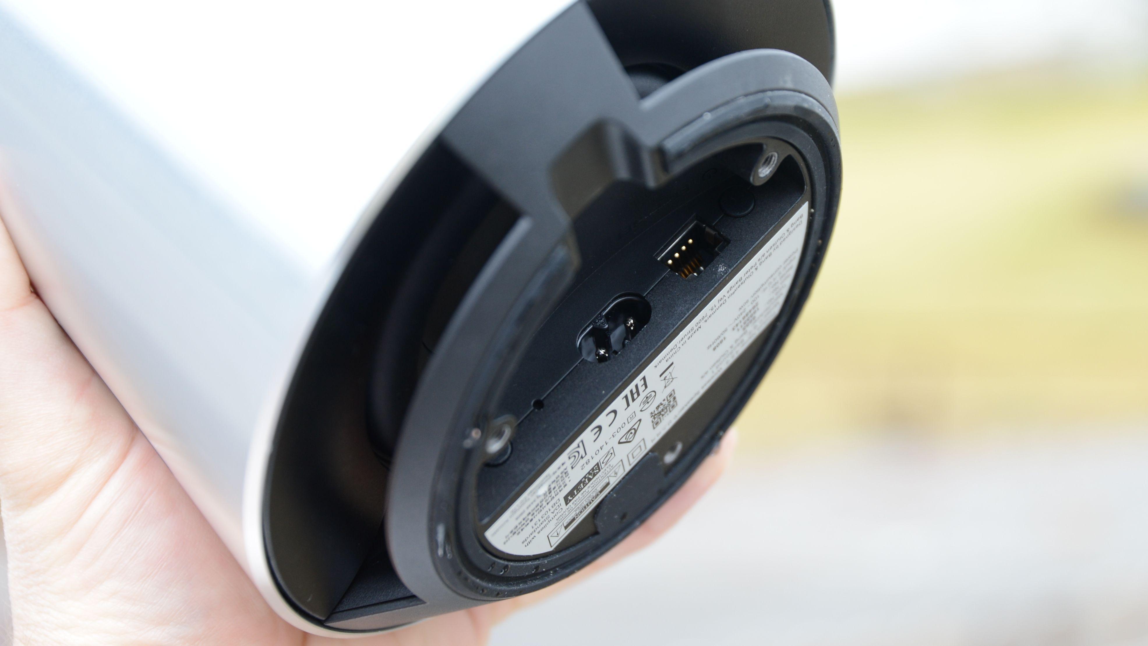 På undersiden finner du tilkoblinger som strøm og nettverk. Samtidig kan du skimte basselementet på oversiden av rammen.