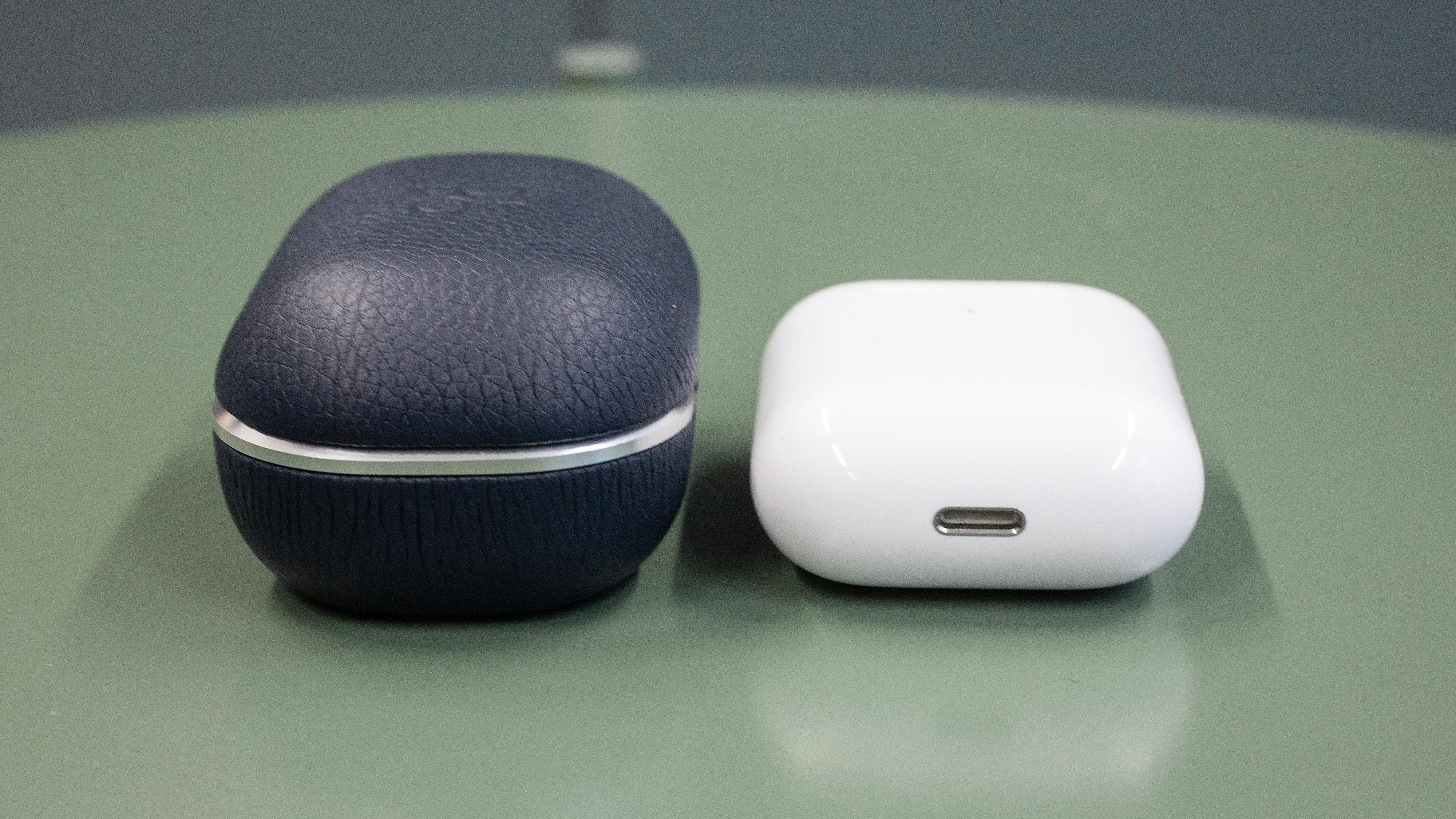 Det nye E8-etuiet er betraktelig større enn Apples Airpods-etui.