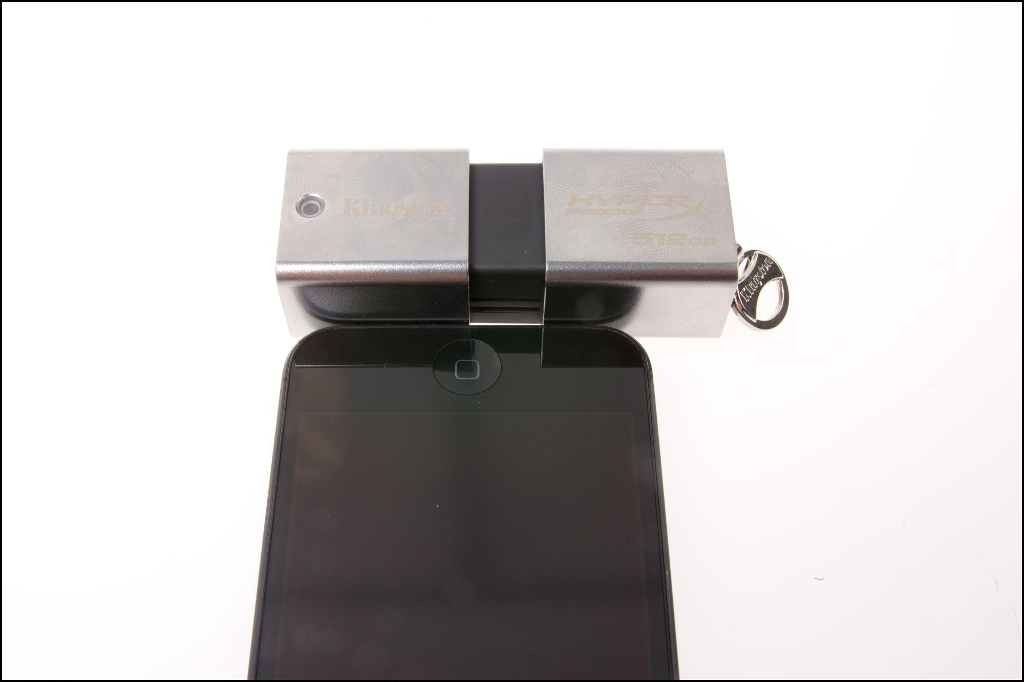 Størrelsen sammenlignet med rumpa til en iPhone 5.Foto: Jørgen Elton Nilsen, Hardware.no