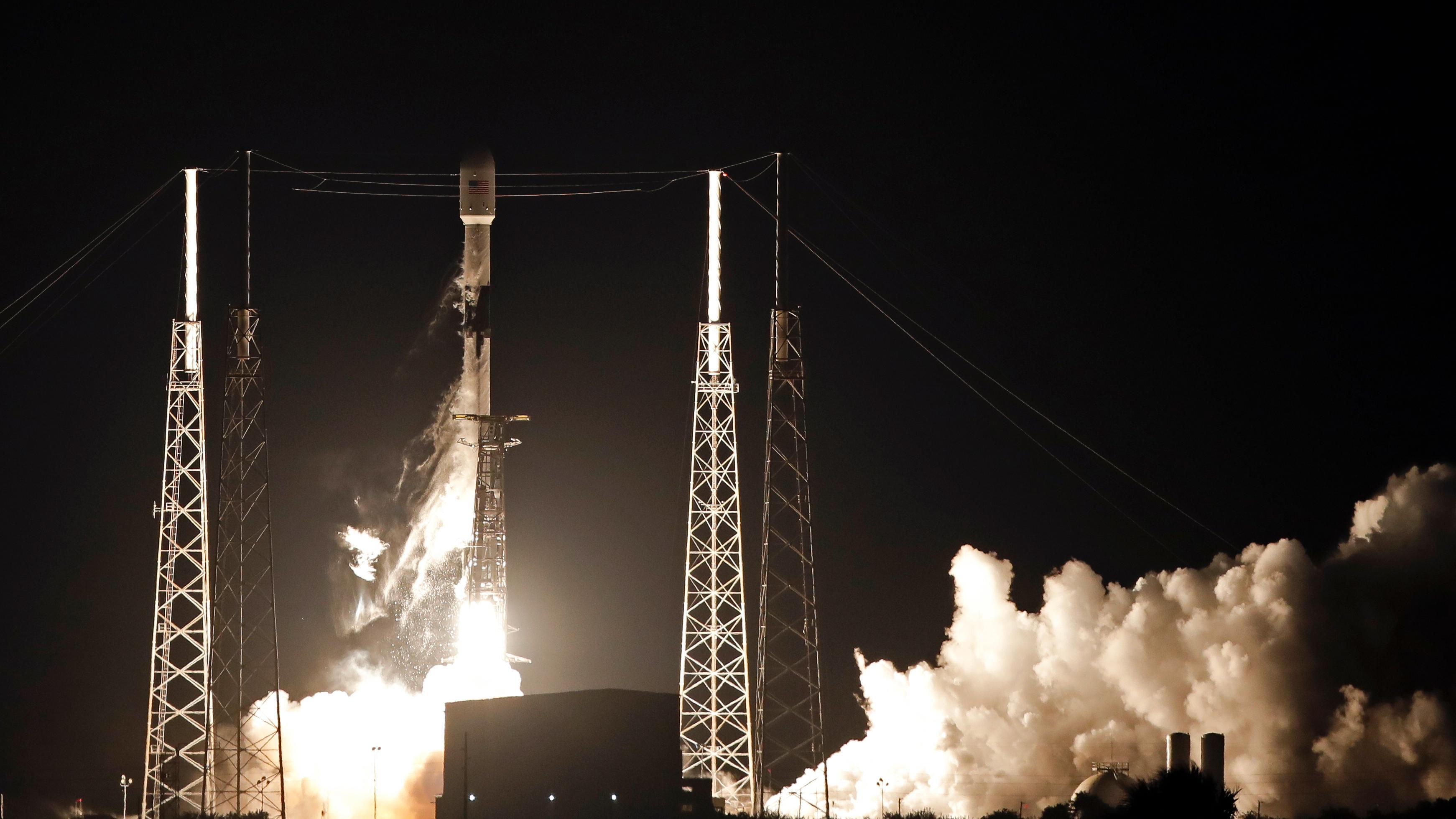 SpaceX skjøt opp mini-satellitter som skal gi internett over hele kloden