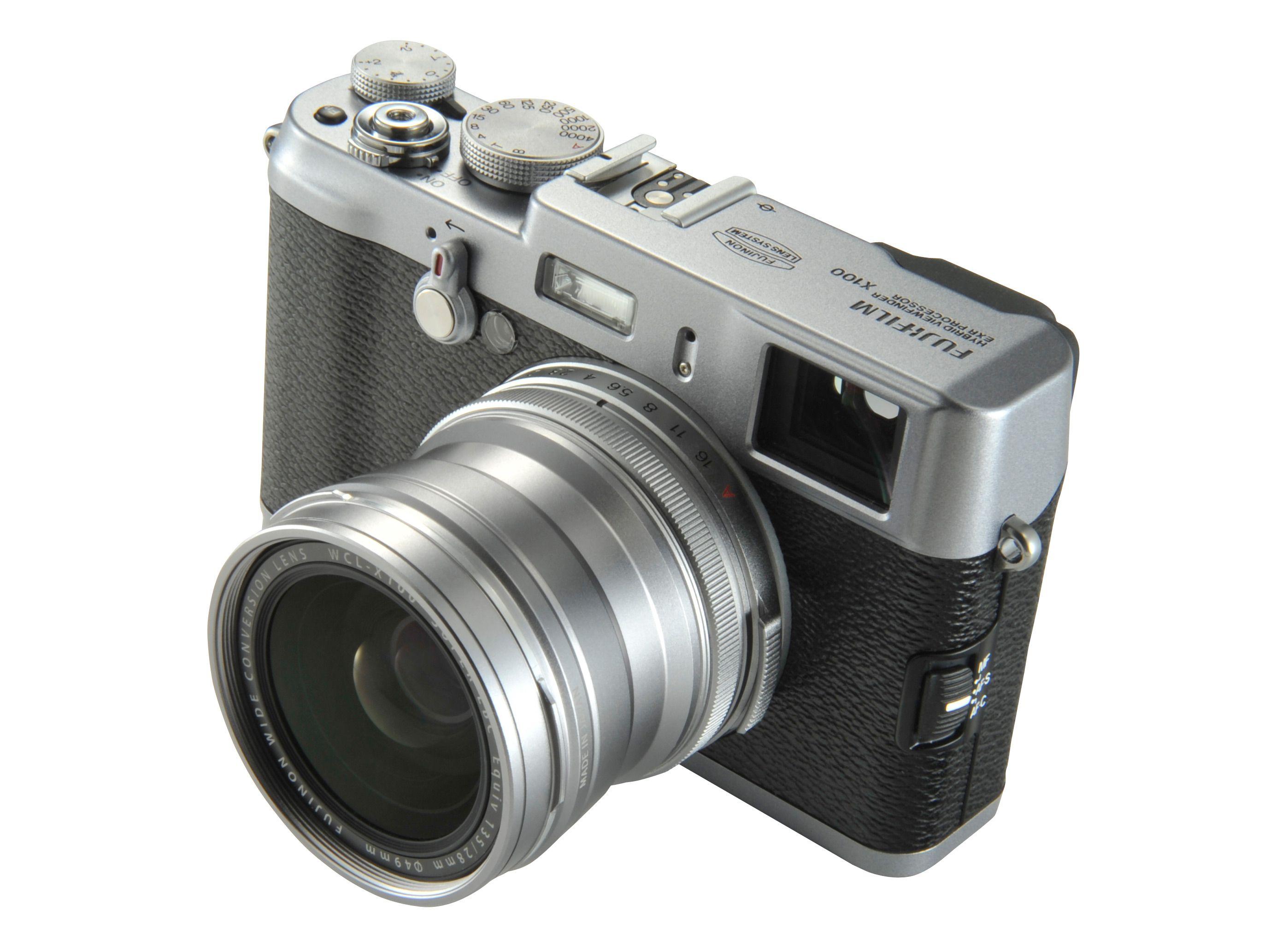Fujifilm X100 med den nye vidvinkelforsatsen.