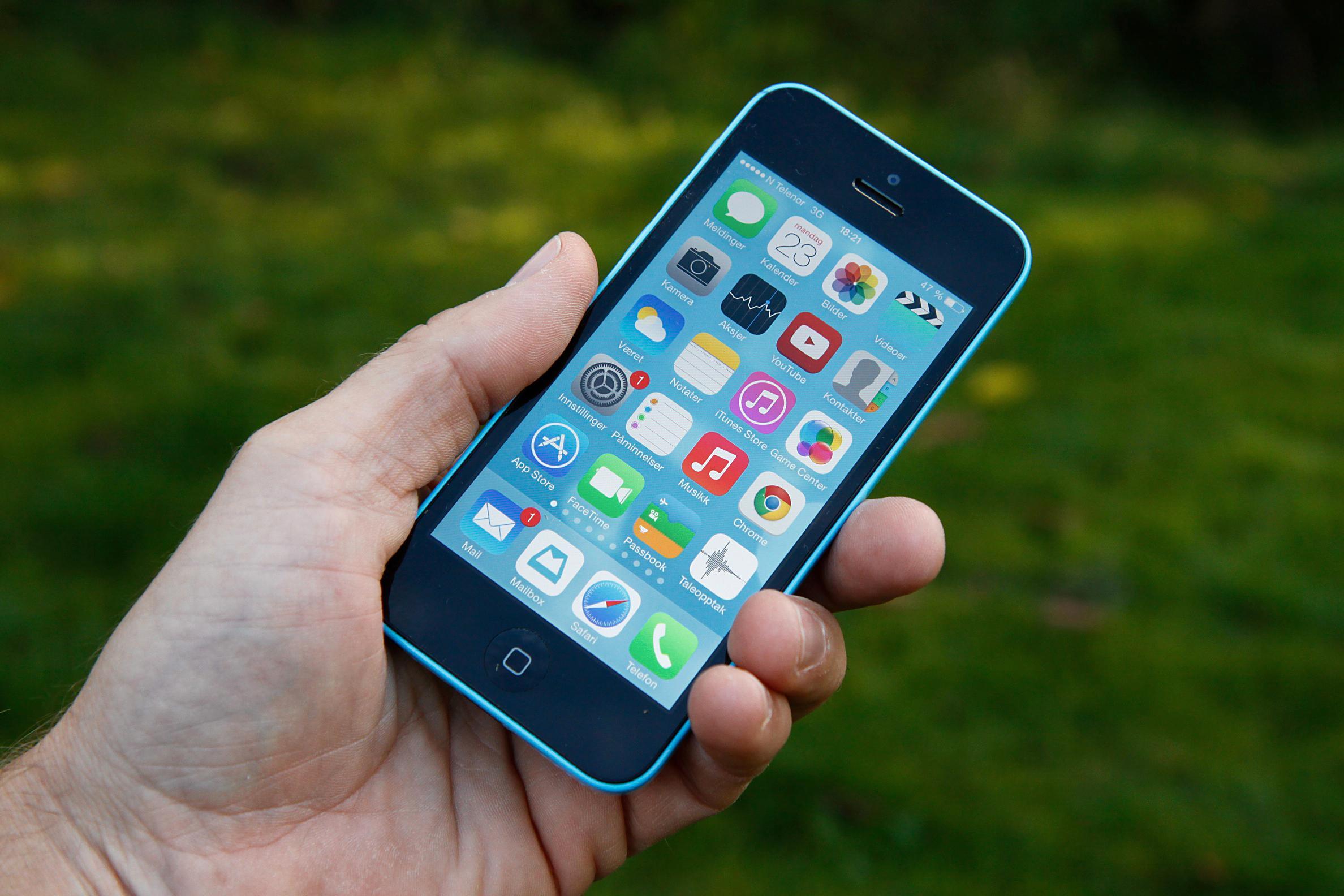 Apples nye iPhone 5C er blant mange telefoner som nå støtter HD Voice.Foto: Kurt Lekanger, Amobil.no