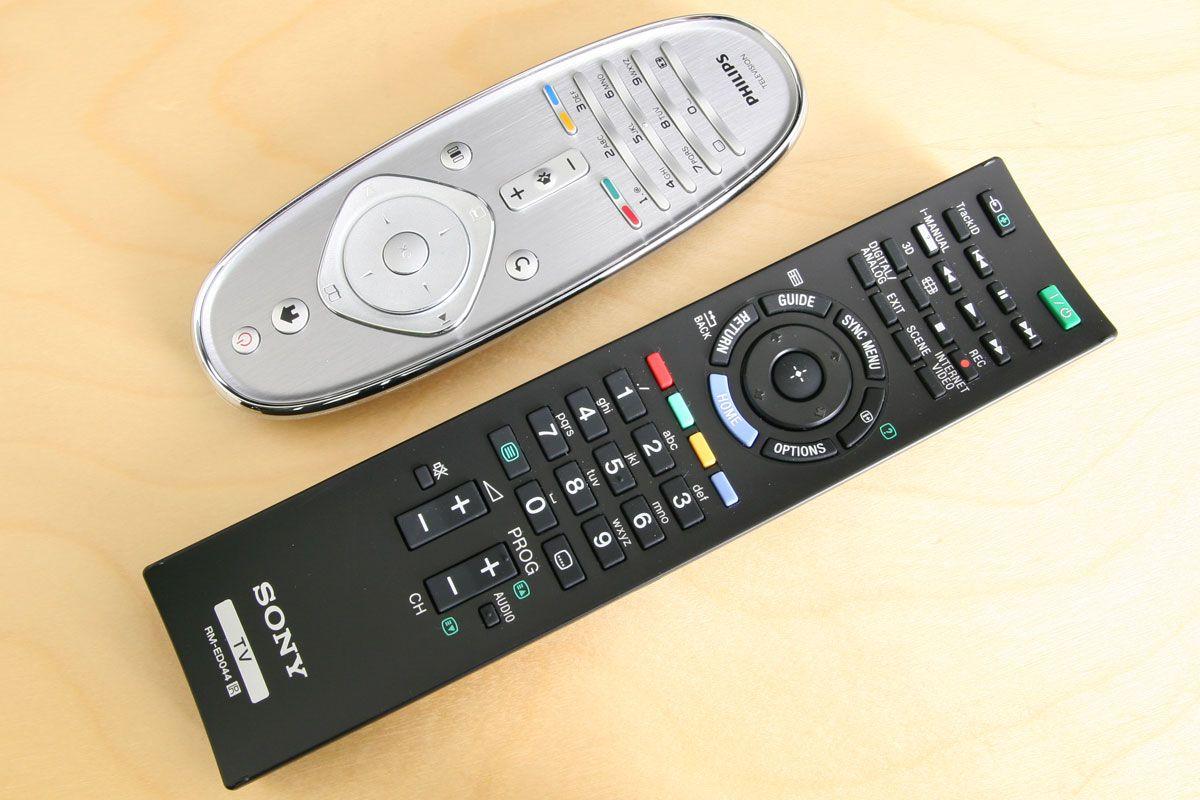 Philips fjernkontroll øverst, kontrollen til EX720 nederst.