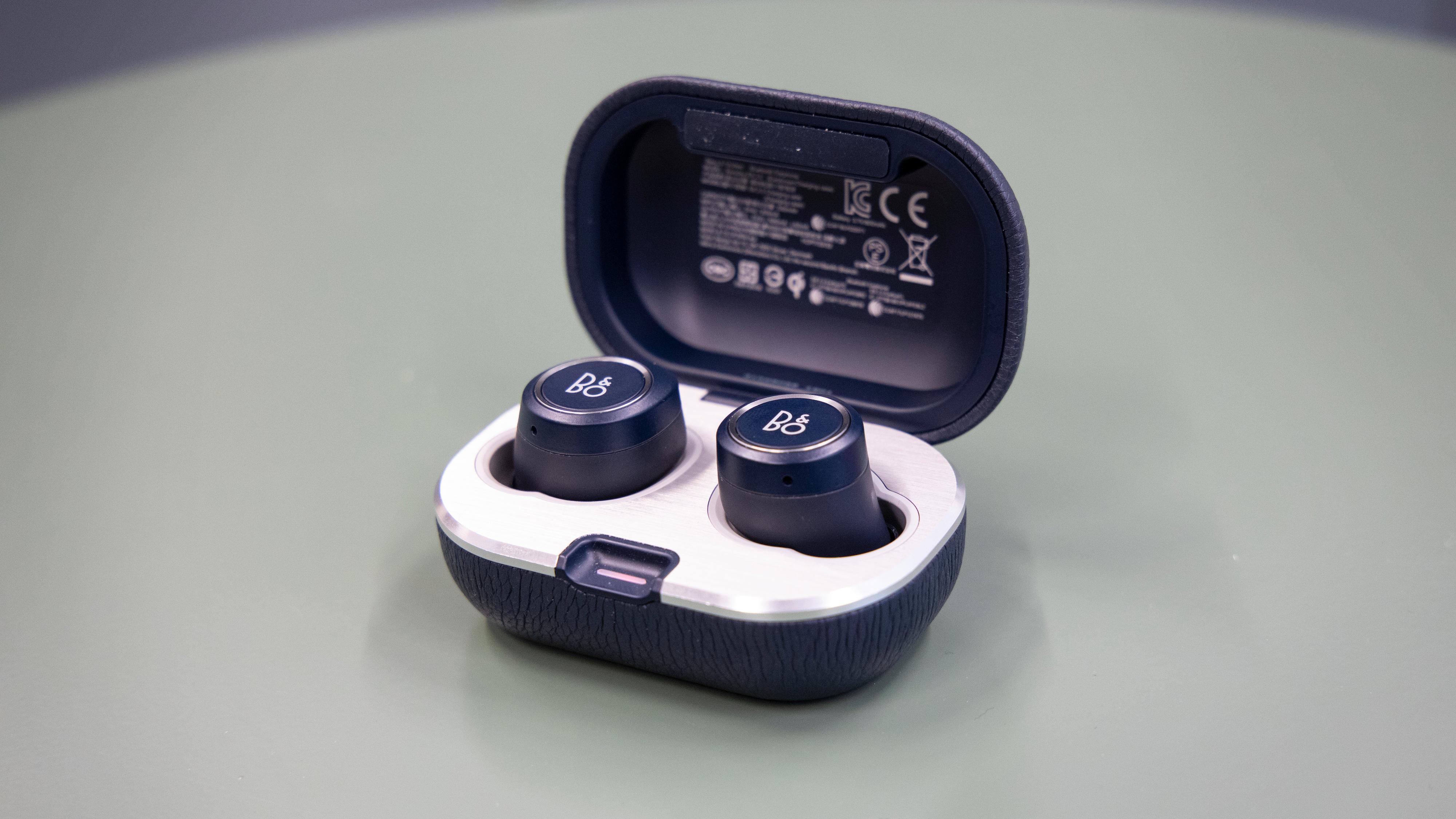 Det nye etuiet har fått en aluminiumsplate innvendig. Magneter gjør at pluggene enkelt klikker på plass.