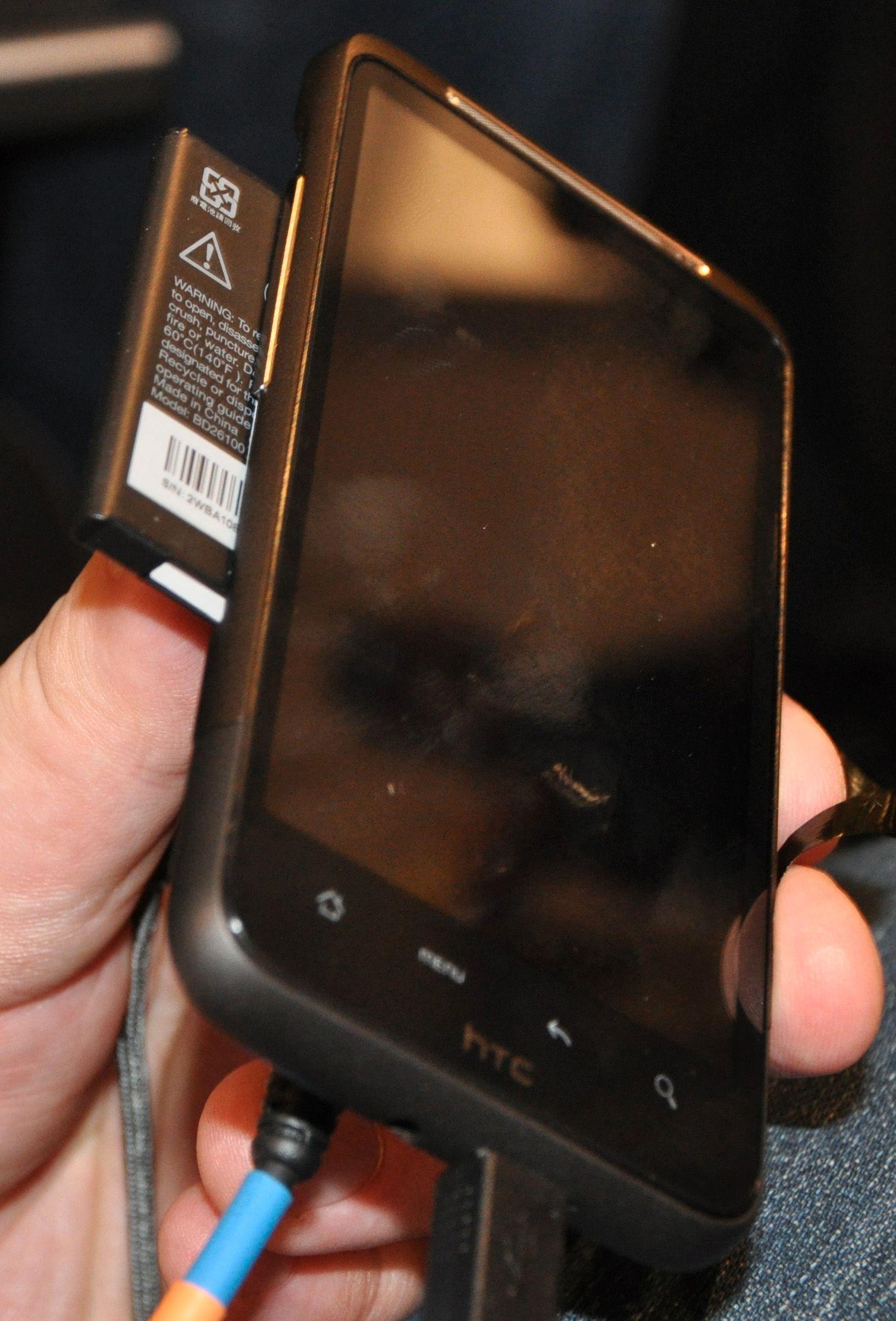 Desire HD har batteriluke på siden av telefonen.