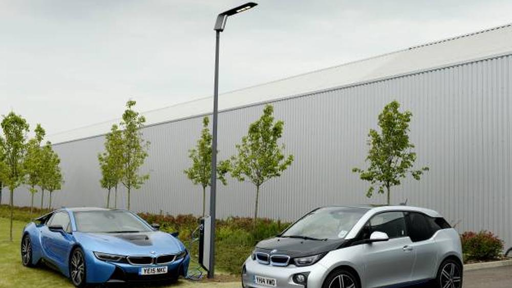 BMW vil gjøre gatelysene til ladestasjoner for elbiler