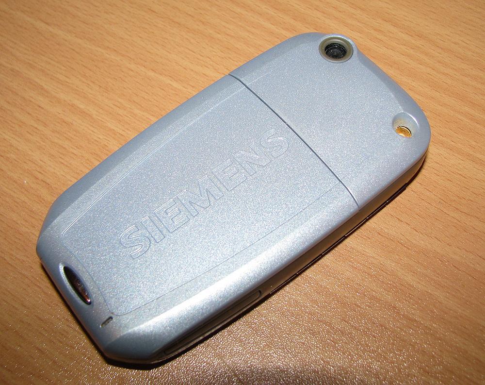 Telefonen er laget utelukkende i plast.