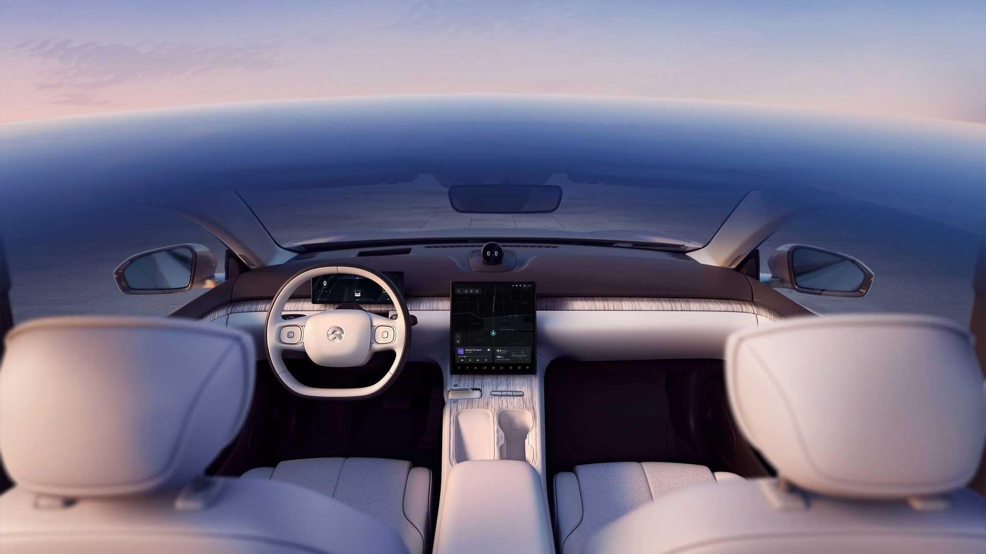 En stor skjerm i midtkonsollen preger naturligvis kabinen. Ventilasjonsdysene er «usynlige».