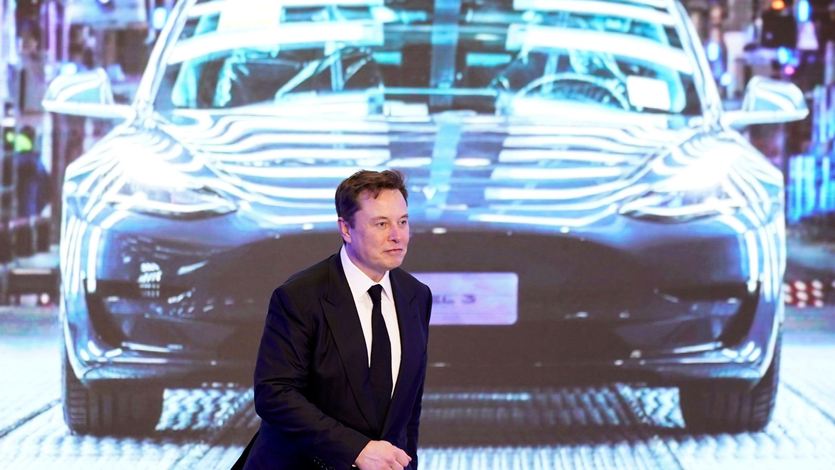 Tesla har stadig håp for sin automatiske lade «slange» Tek.no