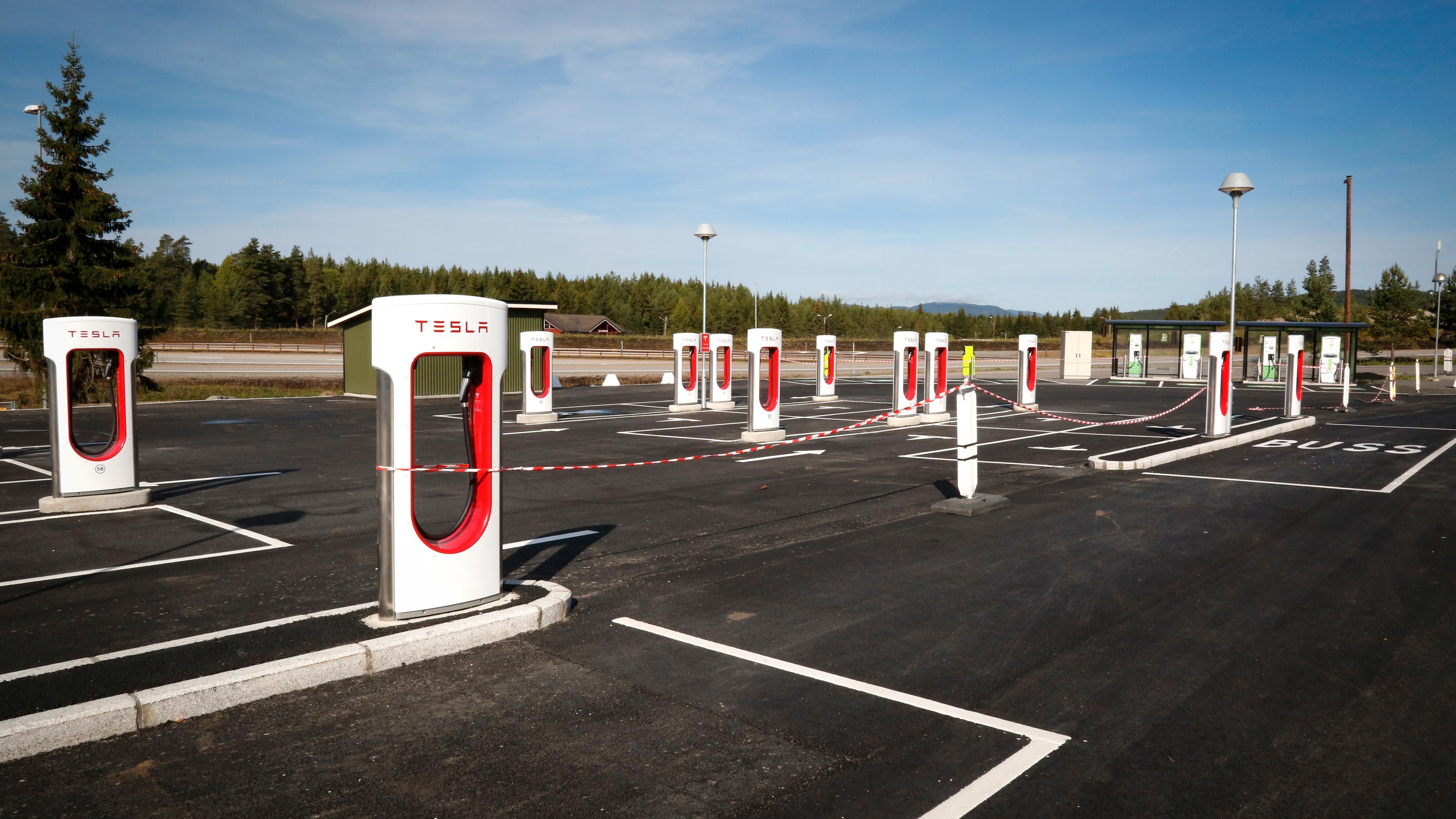 Teslas Superchargere kommer snart i versjon 3. Her fra stasjonen på Nebbenes, som er Europas største Supercharger-stasjon – foreløpig kun med versjon 2.