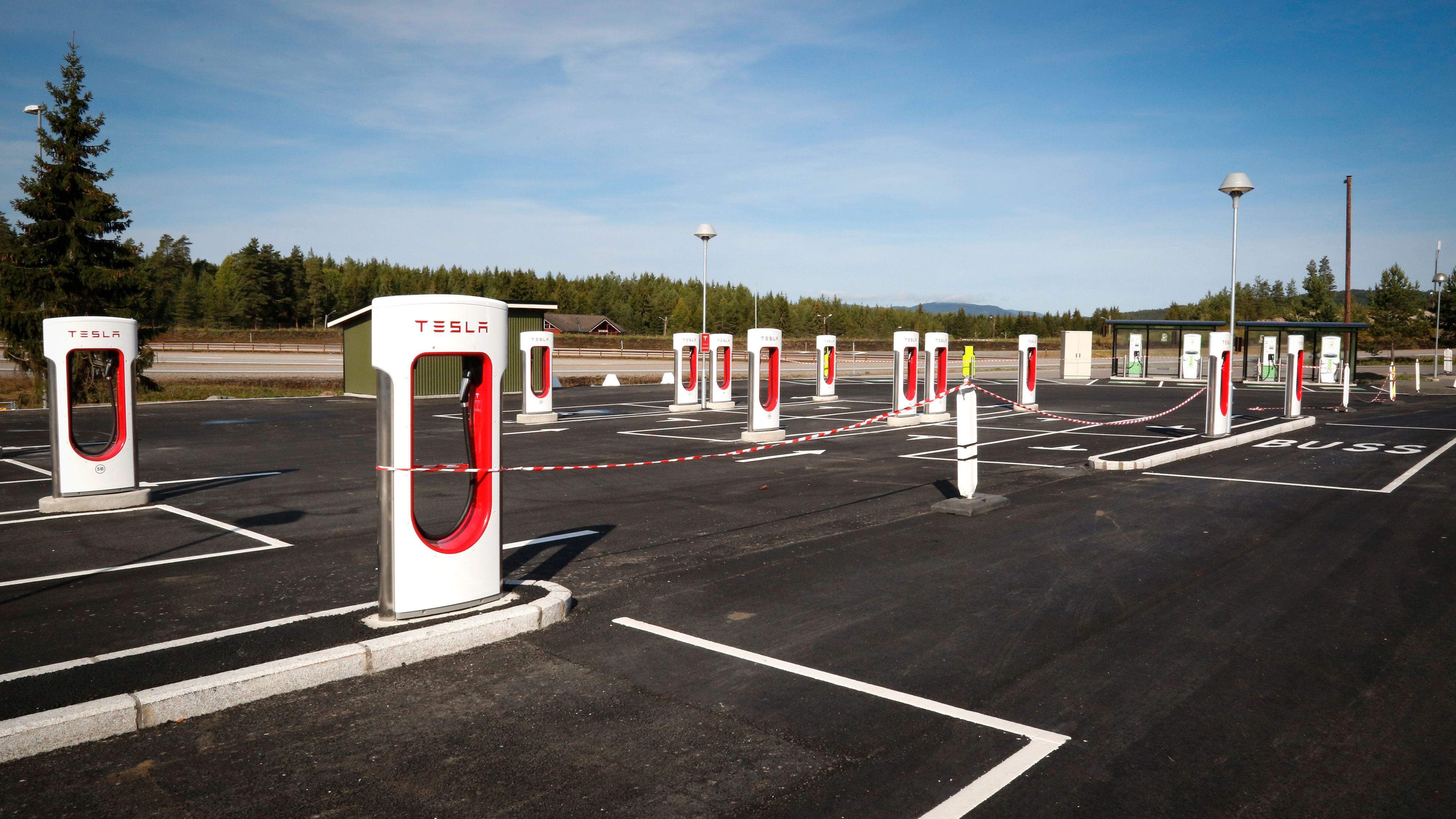 Tesla har foreløpig betraktelig større lader-tetthet i sitt Supercharger-nettverk enn hva situasjonen er for andre elbiler i Norge. NAF mener vi bør opp på Teslas nivå for alle elbiler.