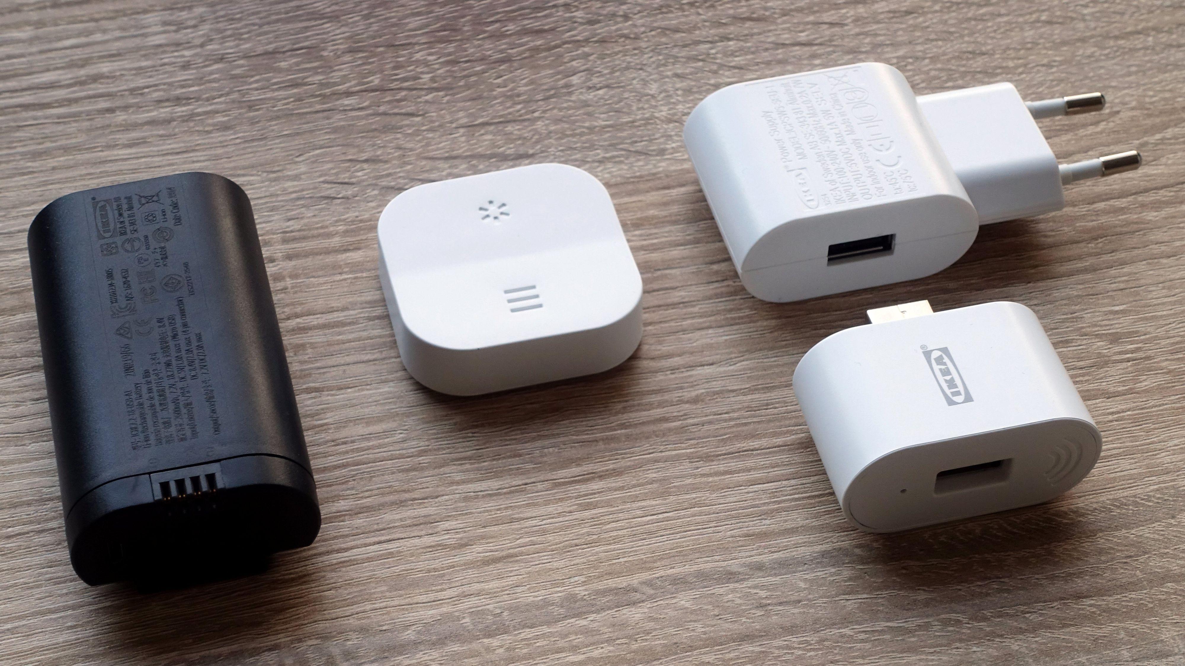 Batteri, fjernkontroll og signalforsterker følger med i pakka. Signalforsterkeren kan også brukes til å lade batteriet. USB-kabel følger også med, men er ikke avbildet.