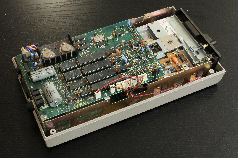 Commodore 1541 med toppen av og elektronikken blottlagt. Foto: Vegar Jansen, Tek.no