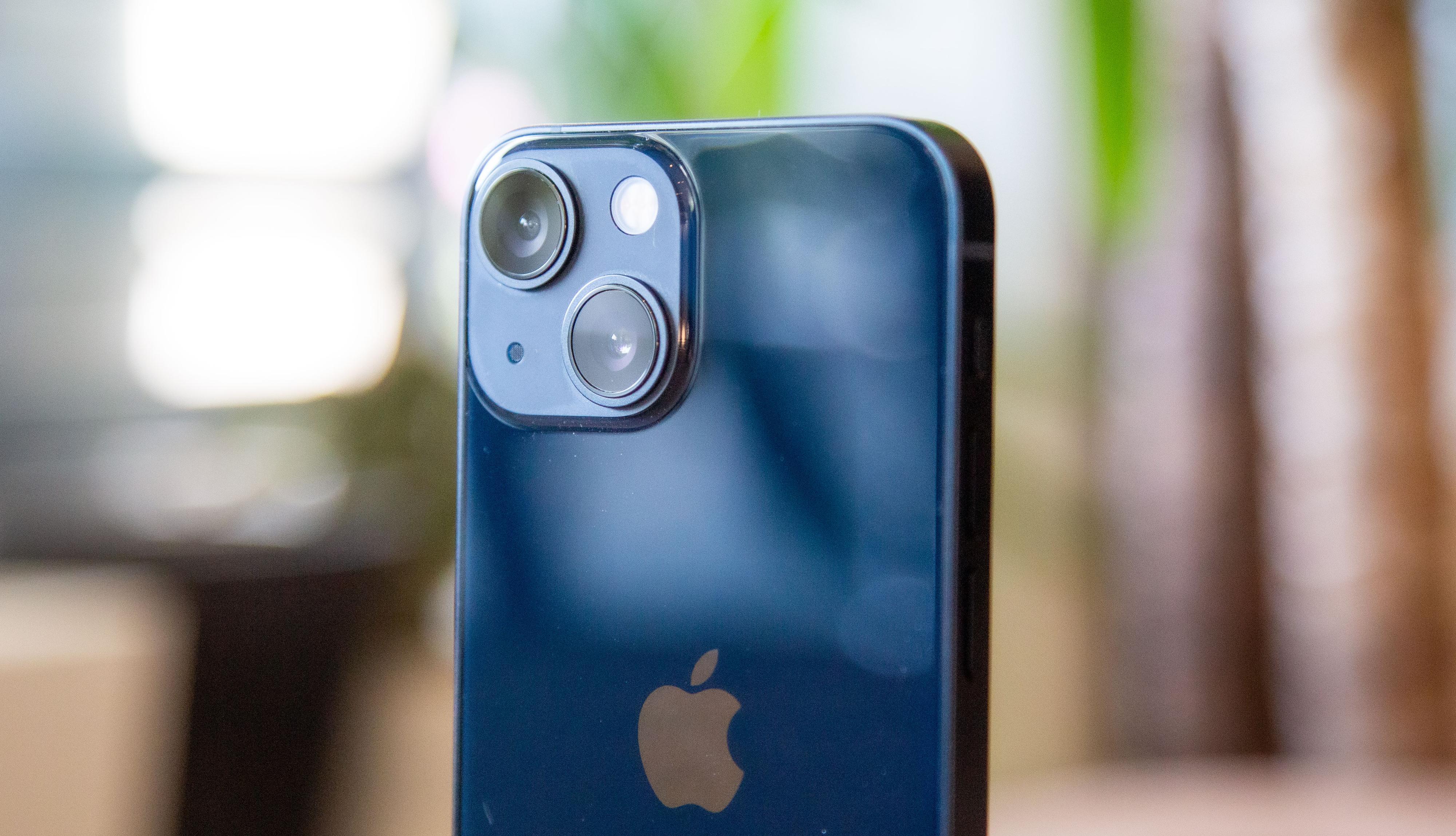 Hovedkameraet er hentet fra fjorårets iPhon 12 Pro Max. Det betyr at hele bildebrikken flytter på seg, og at hver piksel er forholdsvis stor og kan samle mye lys. Det er en vesentlig oppgradering fra  de vanlige iPhone 12-modellene i fjor.