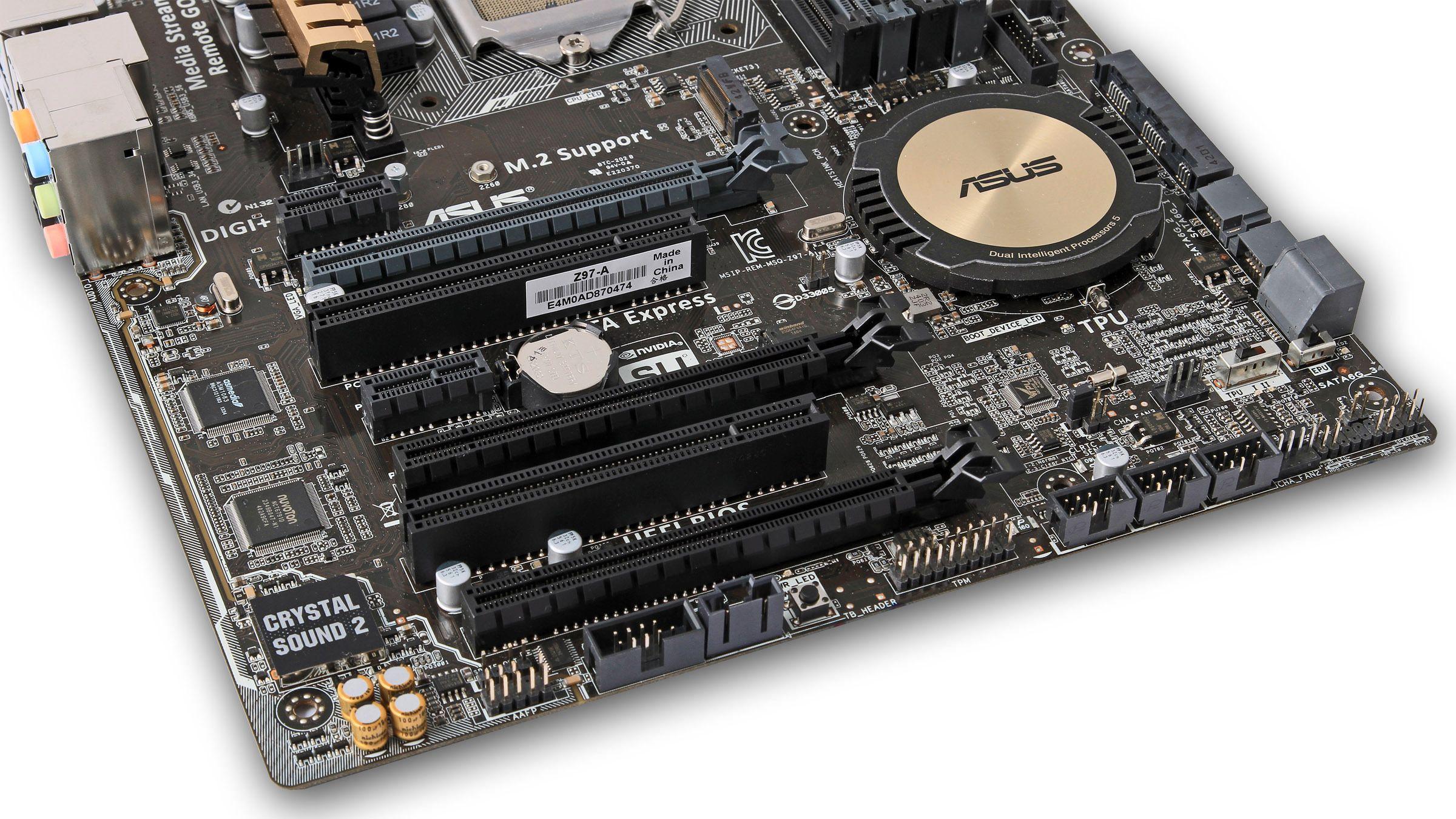 Hovedkortet har tre PCI Express x16-spor, to PCI Express x1-spor og to PCI-spor.